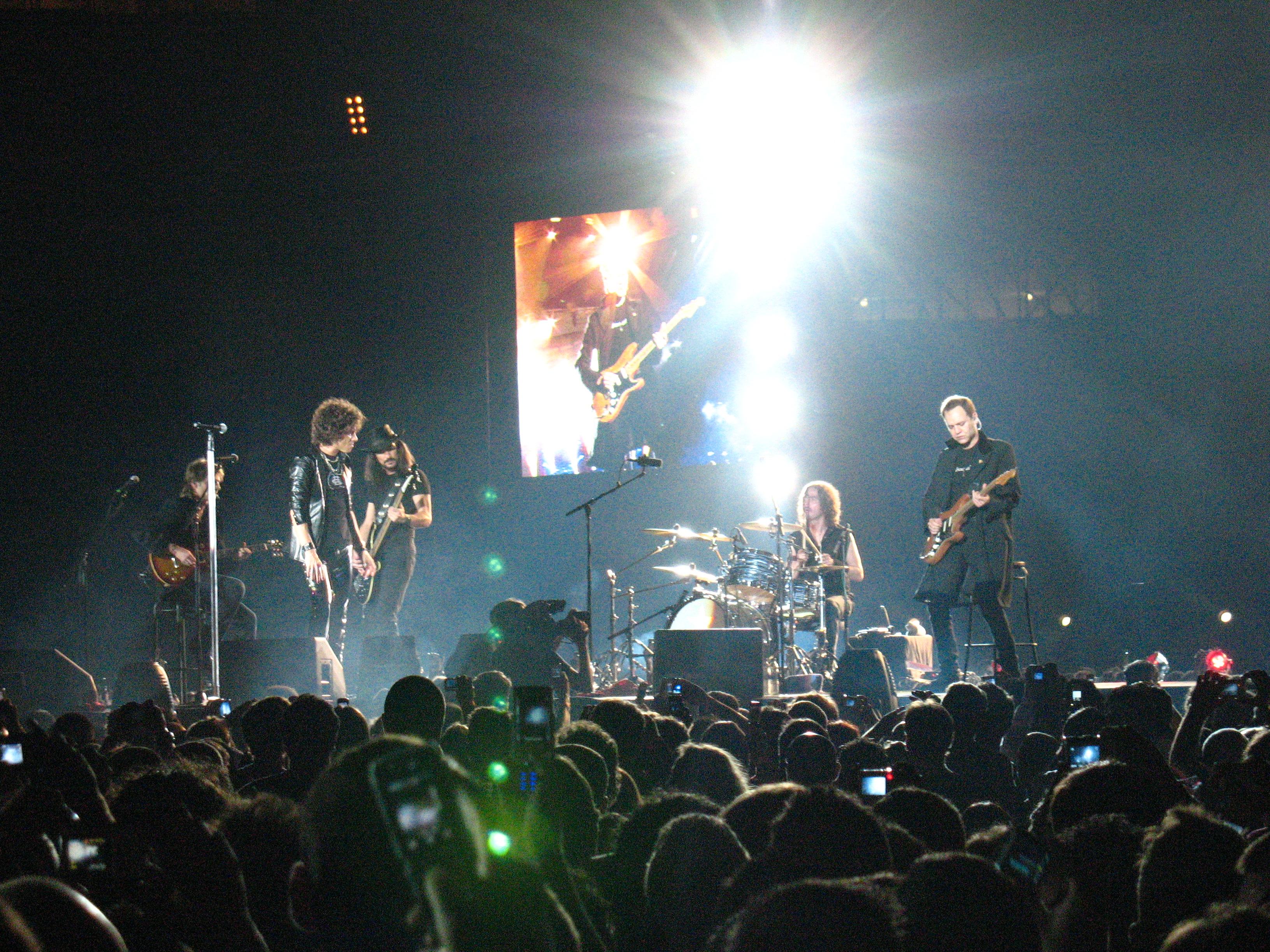Bunbury al frente de Héroes del Silencio en el concierto de la banda en Sevilla en octubre de 2007.