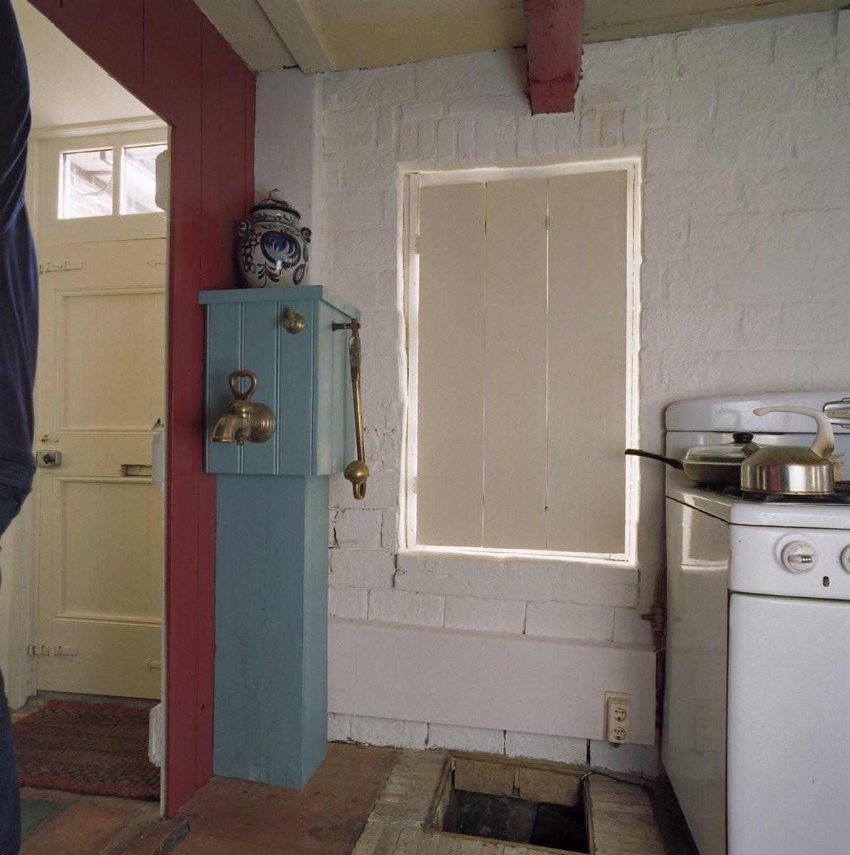 File interieur waterkelder met pomp in de keuken for Interieur keuken