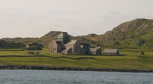 Iona_Abbey_from_water.jpg