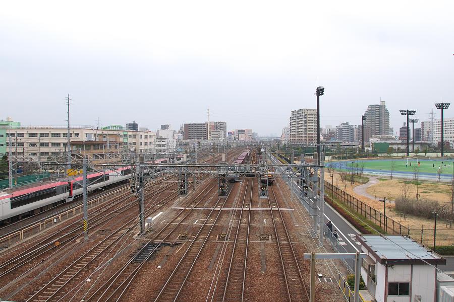 https://upload.wikimedia.org/wikipedia/commons/0/0d/JRF-ShinKoiwaSou-station.jpg