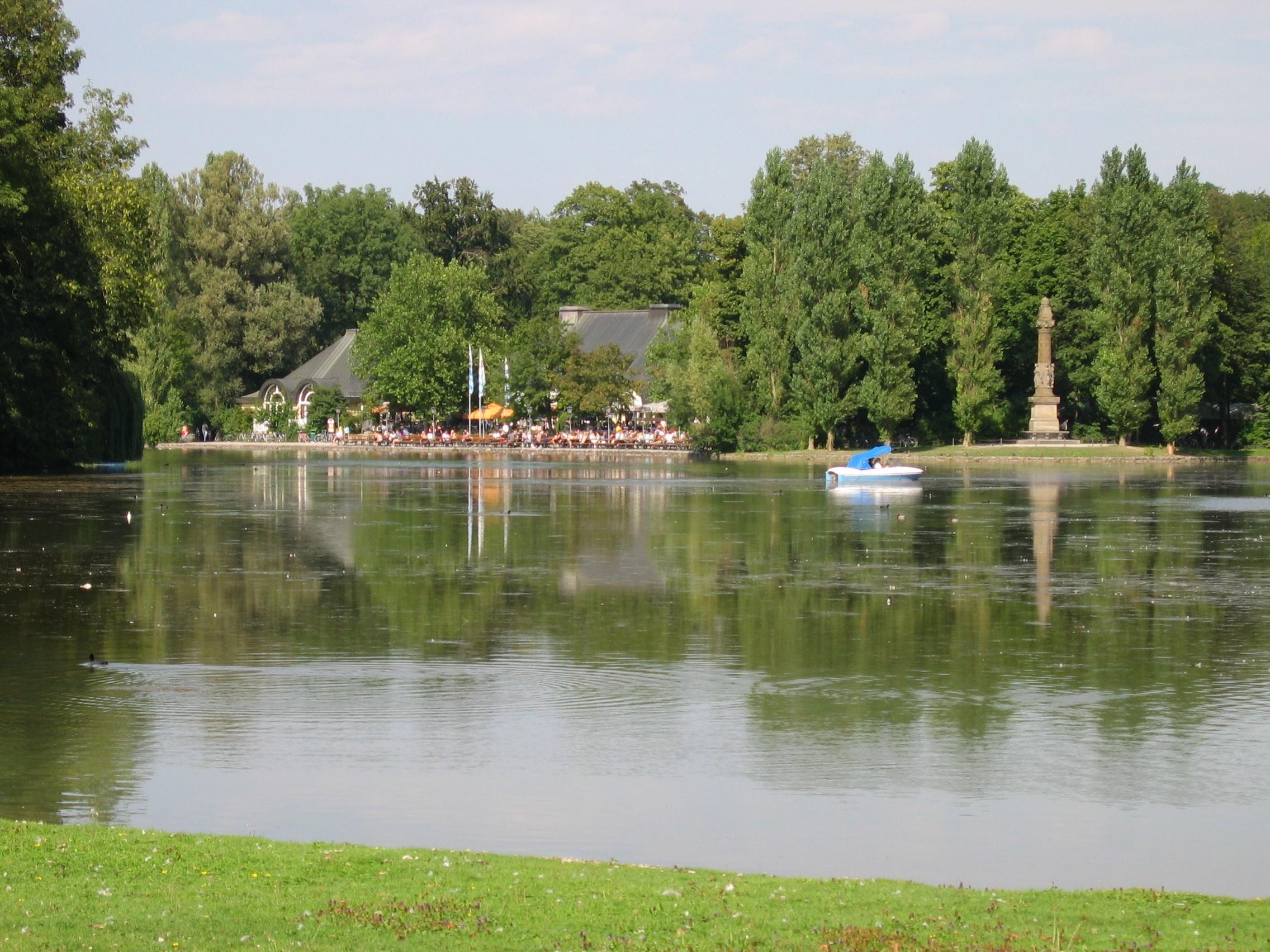 Datei Kleinhesseloher See mit Denkmal und Biergarten
