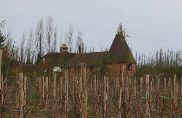 File:Oast house on Back Street - geograph.org.uk - 1614130.jpg