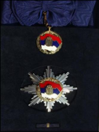 https://upload.wikimedia.org/wikipedia/commons/0/0d/Orden_srpske_zastave_prvog_stepena.jpg
