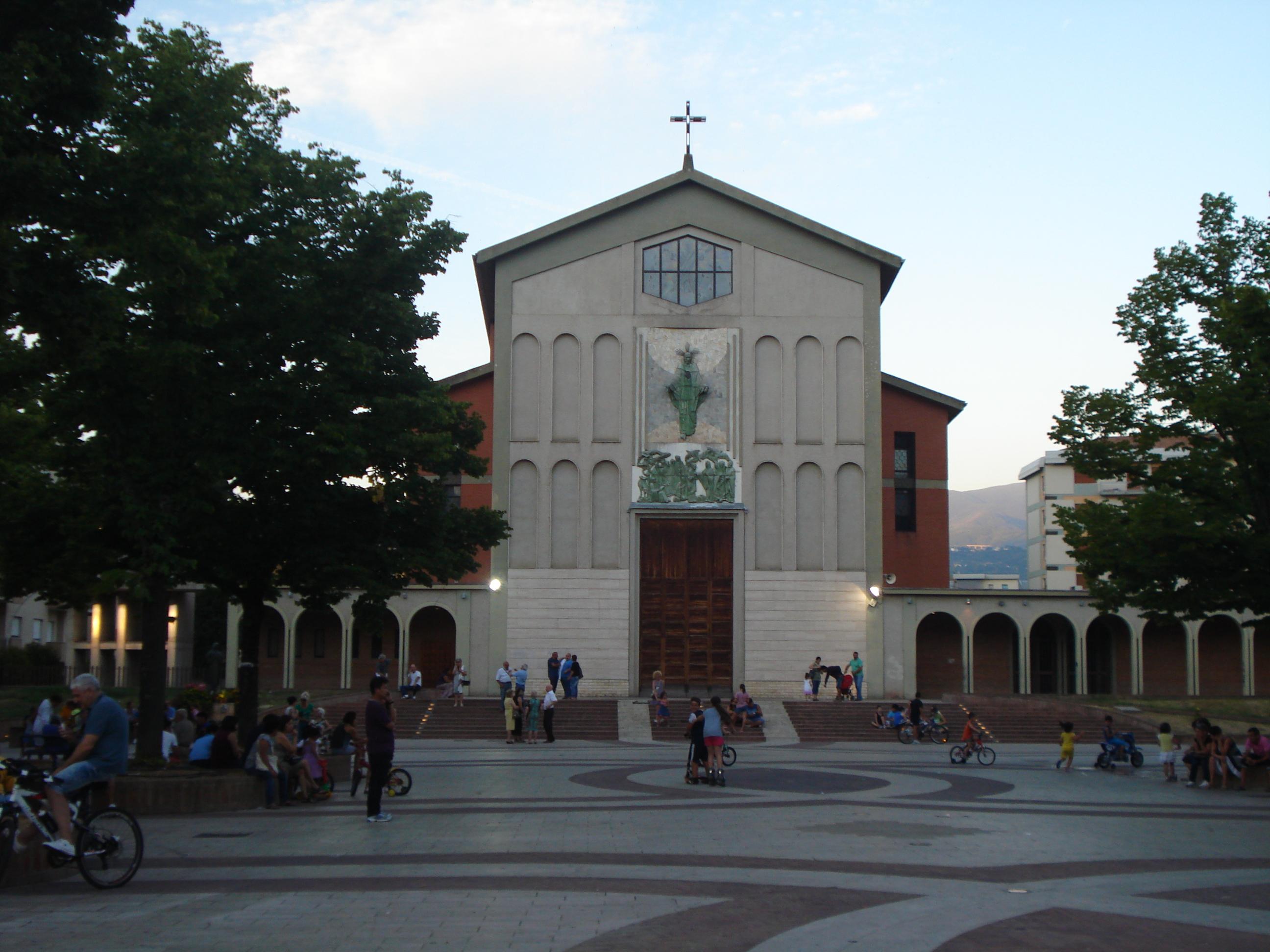 Piazza Loreto e sullo sfondo l omonima chiesa nel centro della citt di Cosenza