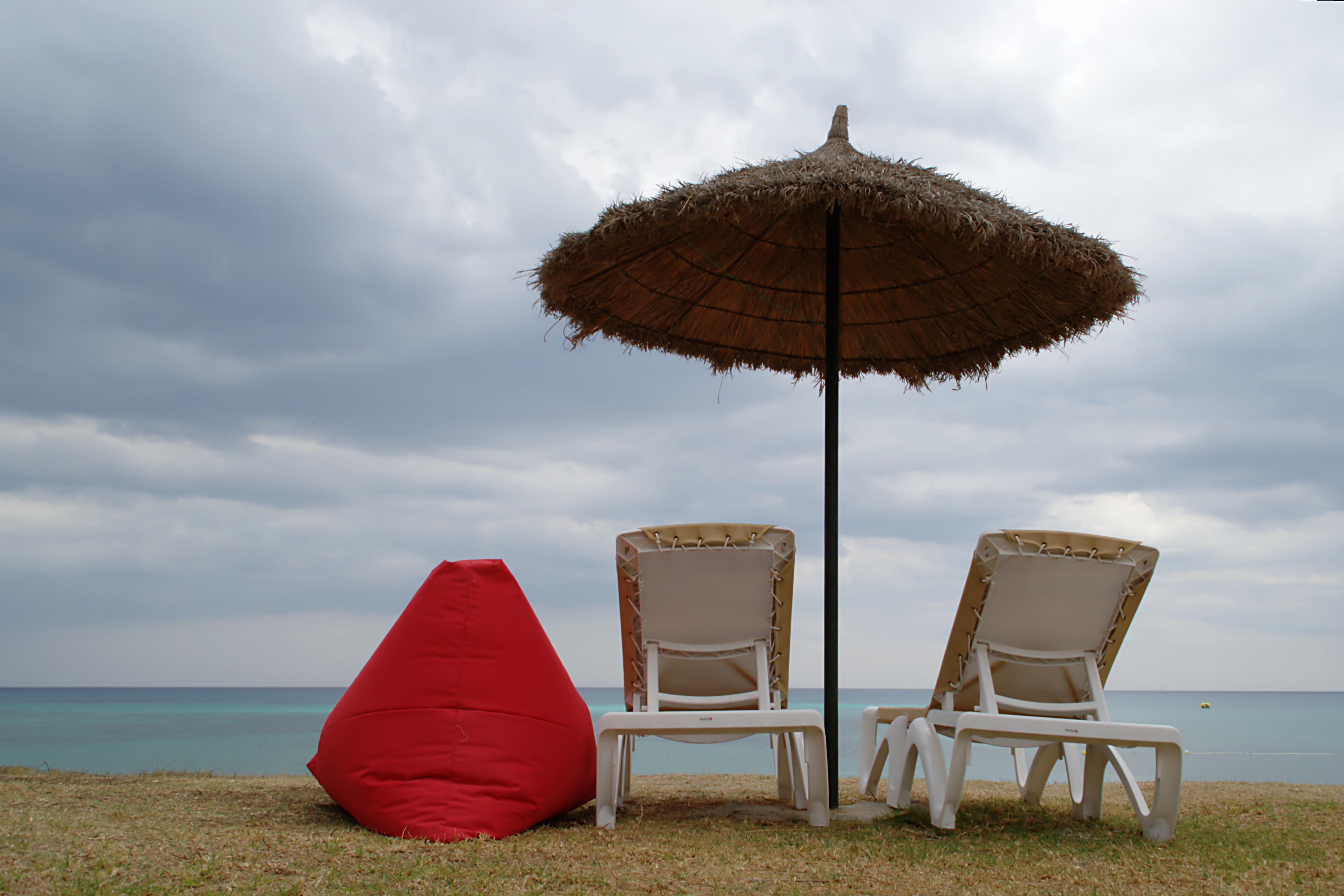 File parasol deux chaises longue et un pouf hammamet for Chaise longue pour deux