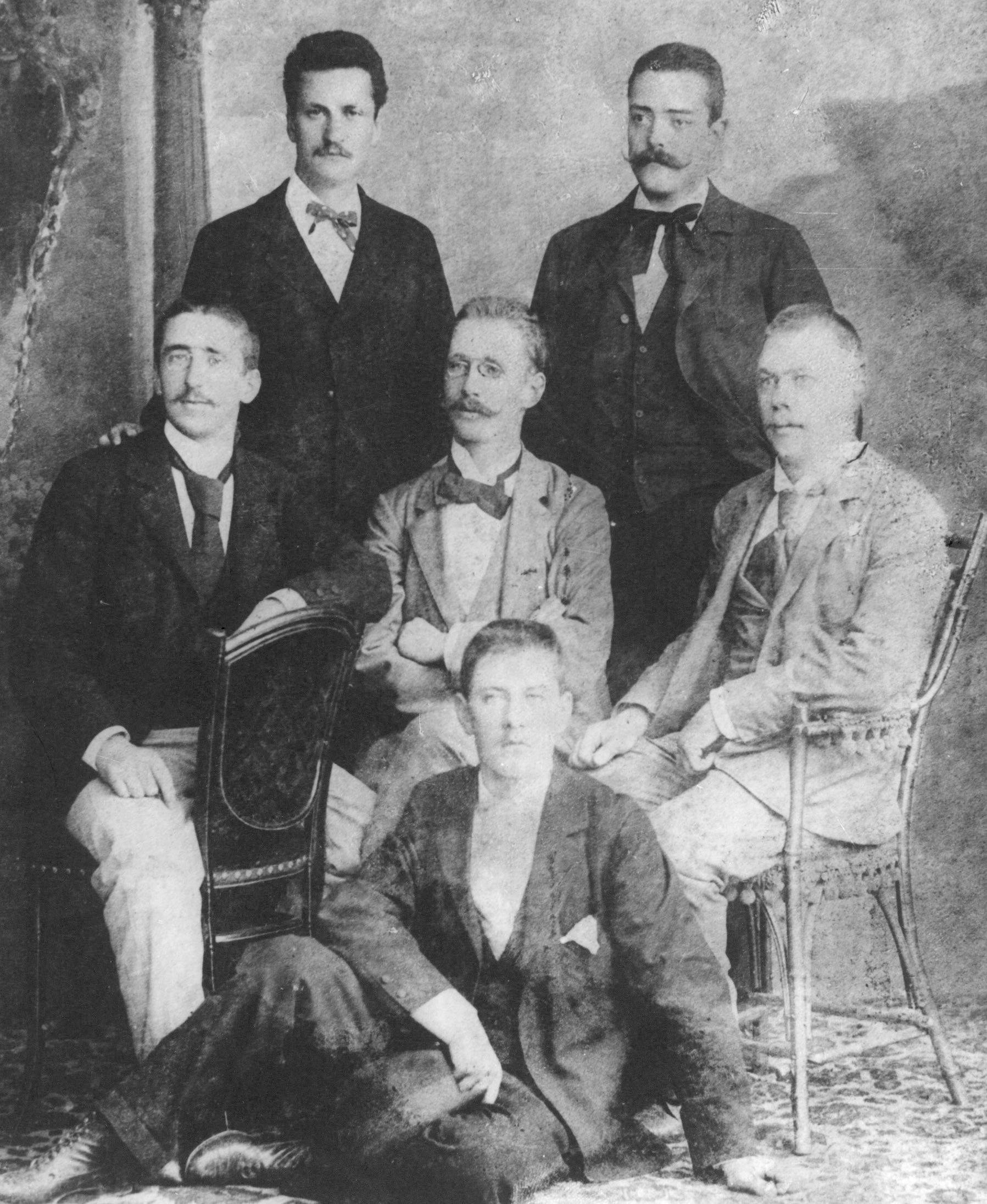 Da sinistra in piedi Cesare Battisti Giovanni Lorenzoni seduti Gino Sartori Antonio Piscel Adolfo de Bertolini a terra Iginio Zucal
