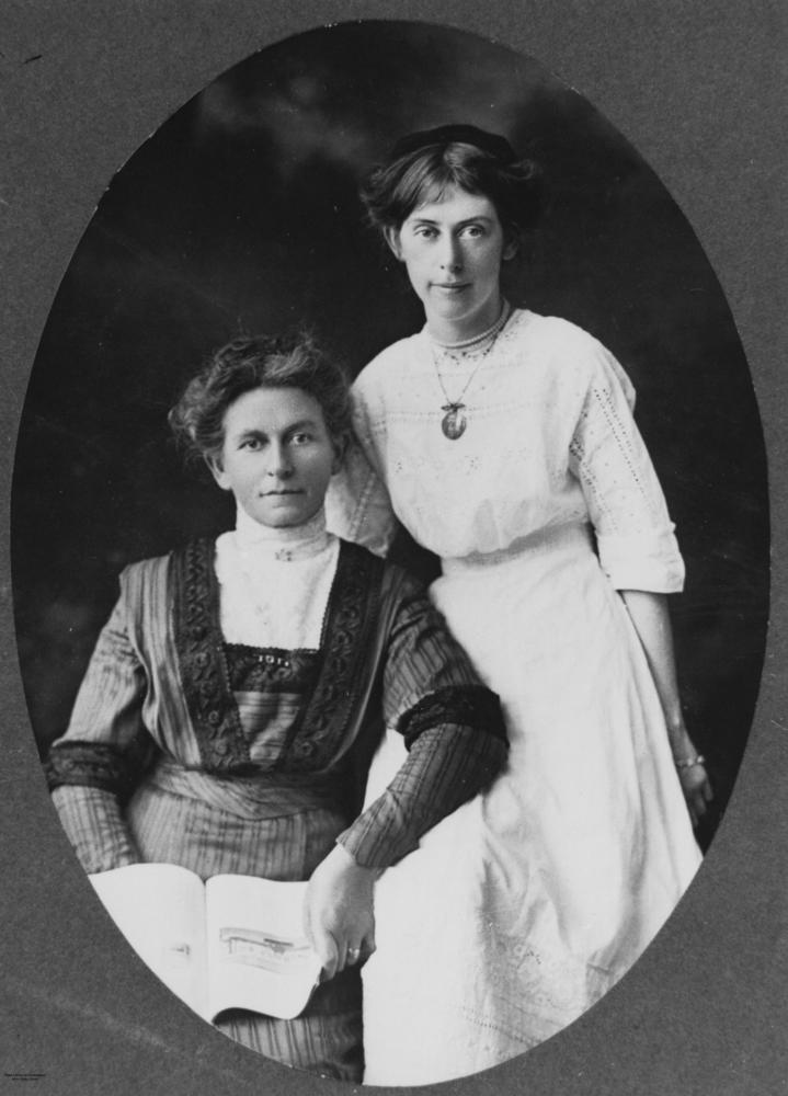 1920S WOMEN POSING FOR A PORTRAIT StateLibQld_2_139786_Two_women_posing_for_a_portrait,_1910-1920