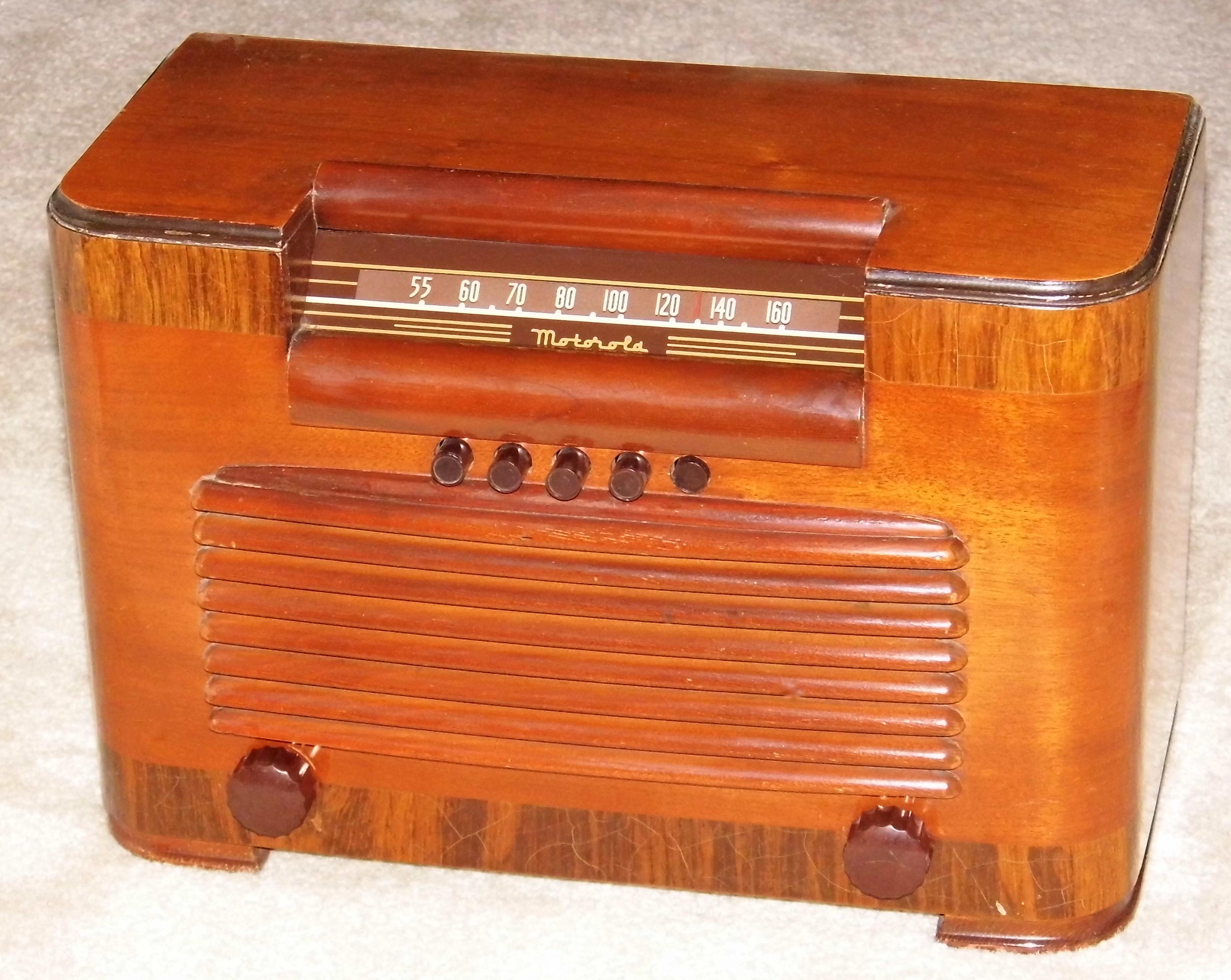 Vintage_Motorola_Tube_Table_Radio%2C_Model_61X14%2C_Broadcast_Band_%28MW%29%2C_6_Tubes%2C_Circa_1941_-_1942_%2814878759594%29 Incroyable De Table Vintage Des Idées