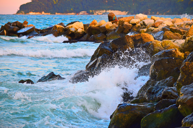 File Waves crashing on rock off the coast of Bulgaria
