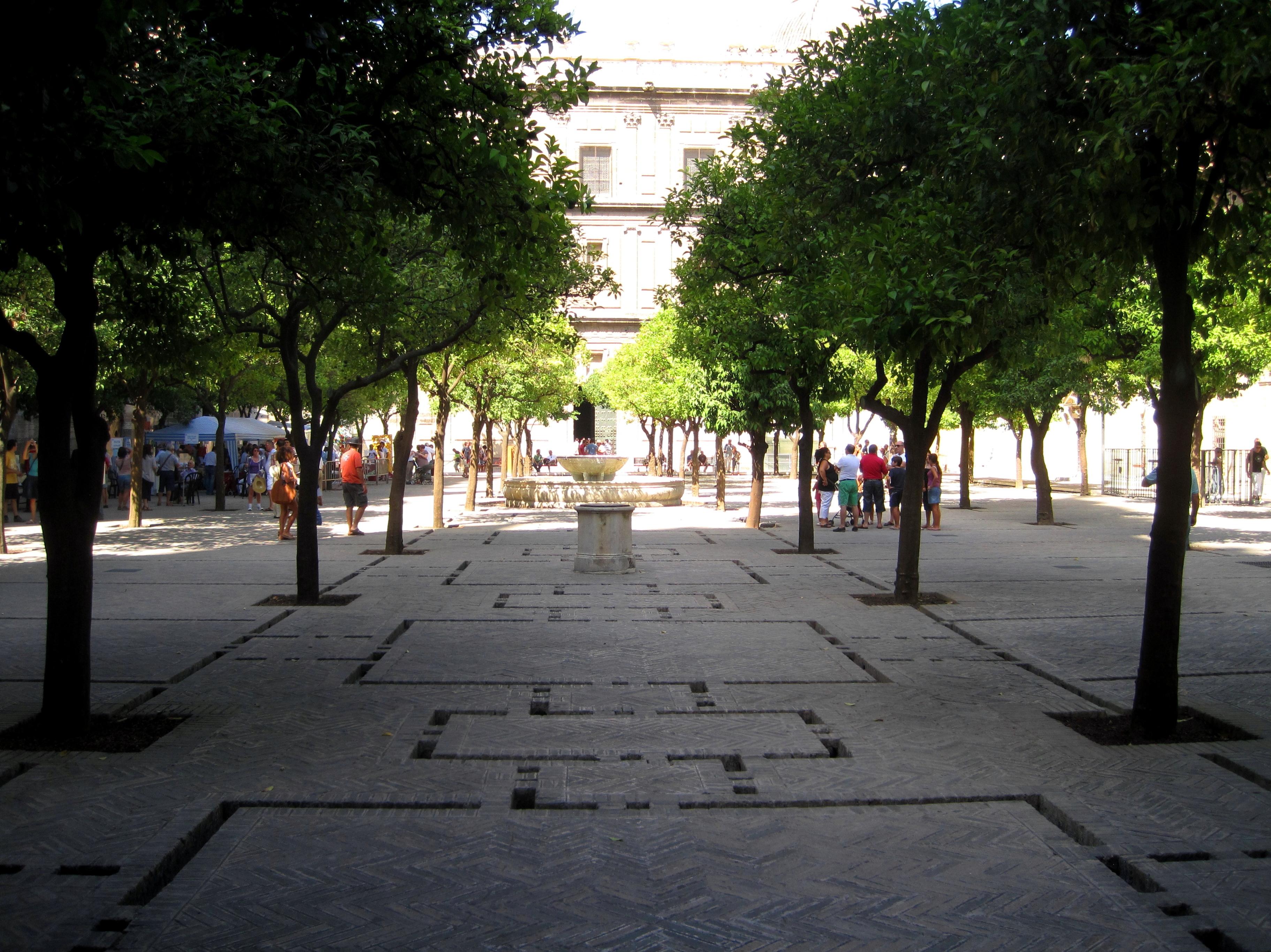 File:3 Patio de los Naranjos de la Catedral de Sevilla ...