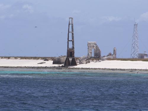 Ficheiro:Atol das Rocas lighthouse.jpg
