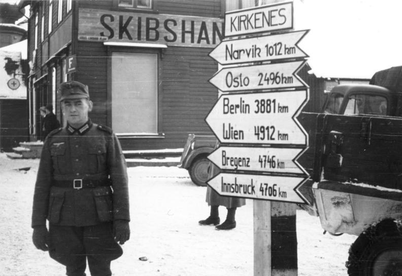 Fil:Bundesarchiv Bild 101I-092-0257-18, Norwegen, Kirkenes, Soldat neben Wegweiser.jpg
