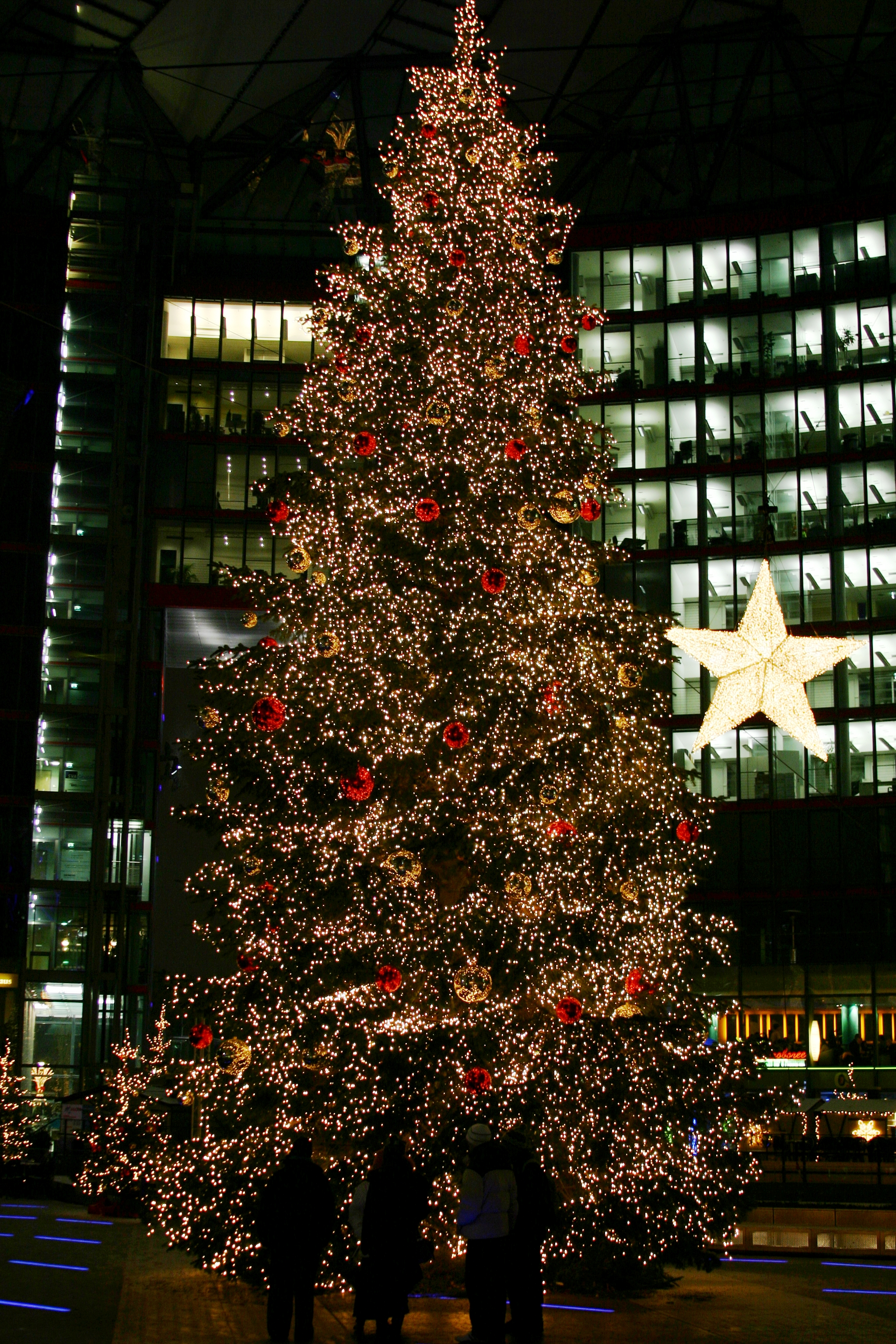 file christmas tree on the potsdamer platz sony center. Black Bedroom Furniture Sets. Home Design Ideas