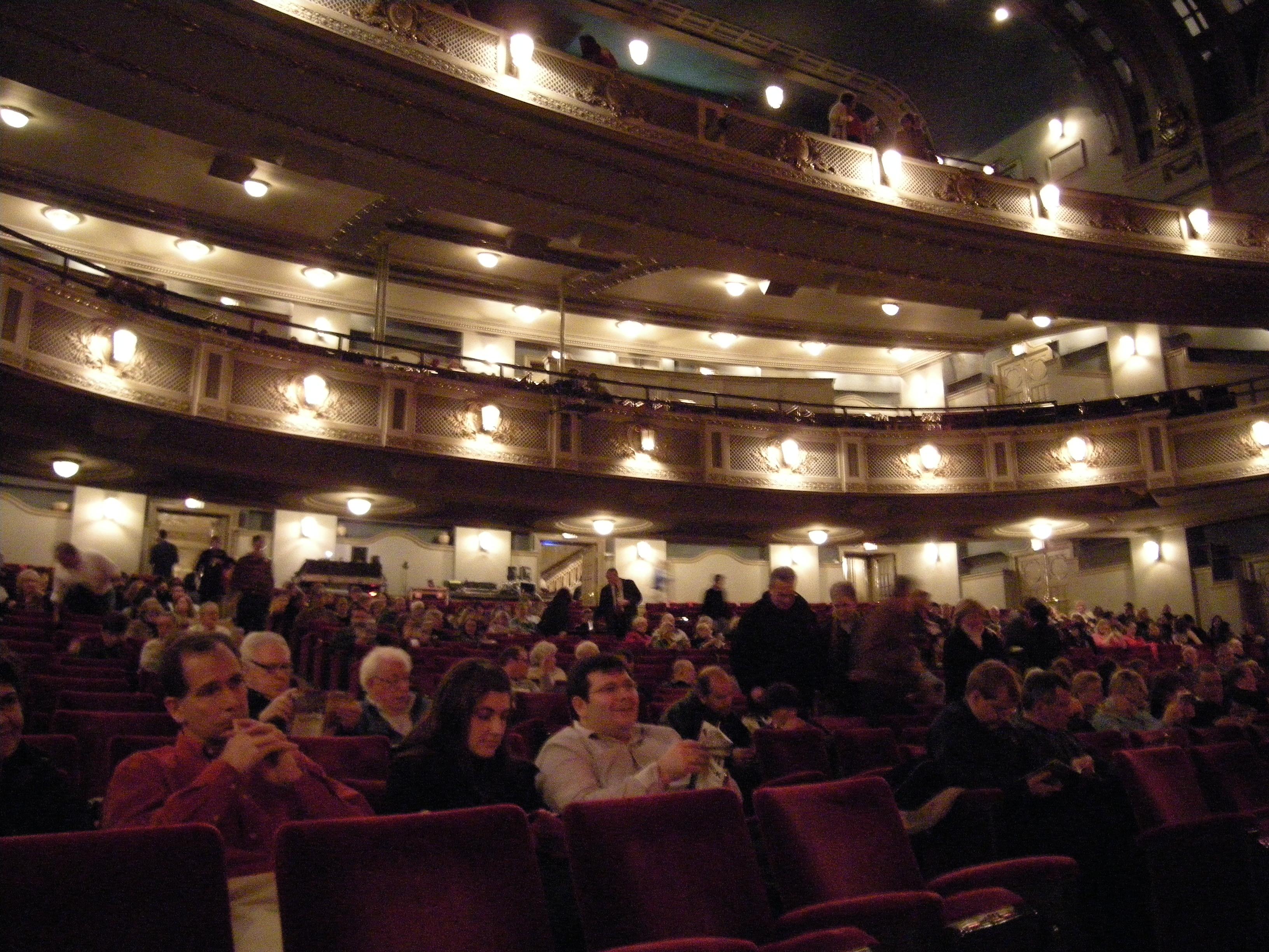 File Dallas Majestic Theatre Hall 01 Jpg Wikimedia Commons