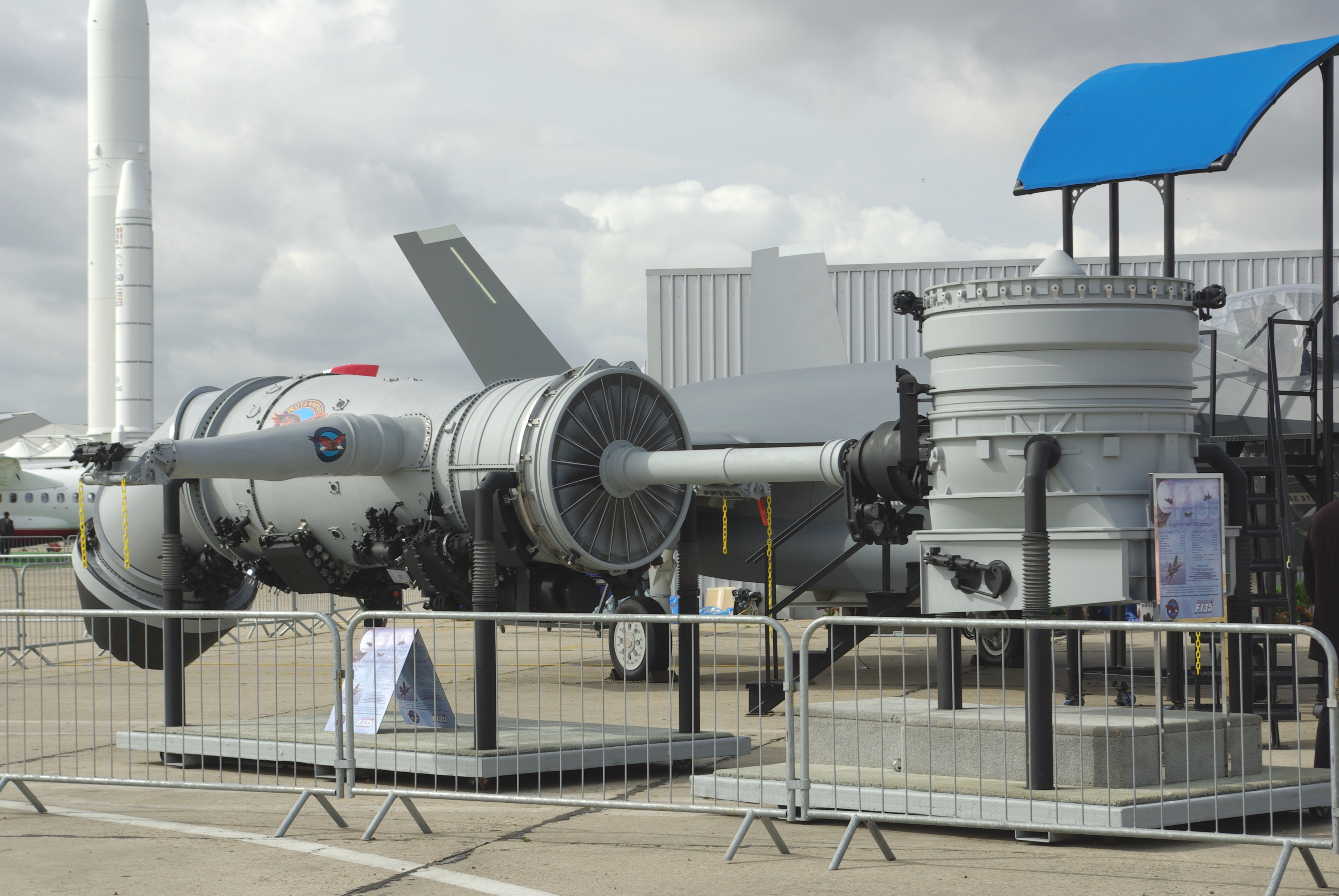 The Pratt & Whitney F135 engine with Rolls-Royce LiftSystem, including roll posts, and rear vectoring nozzle for the F-35B, at the 2007 Paris Air Show