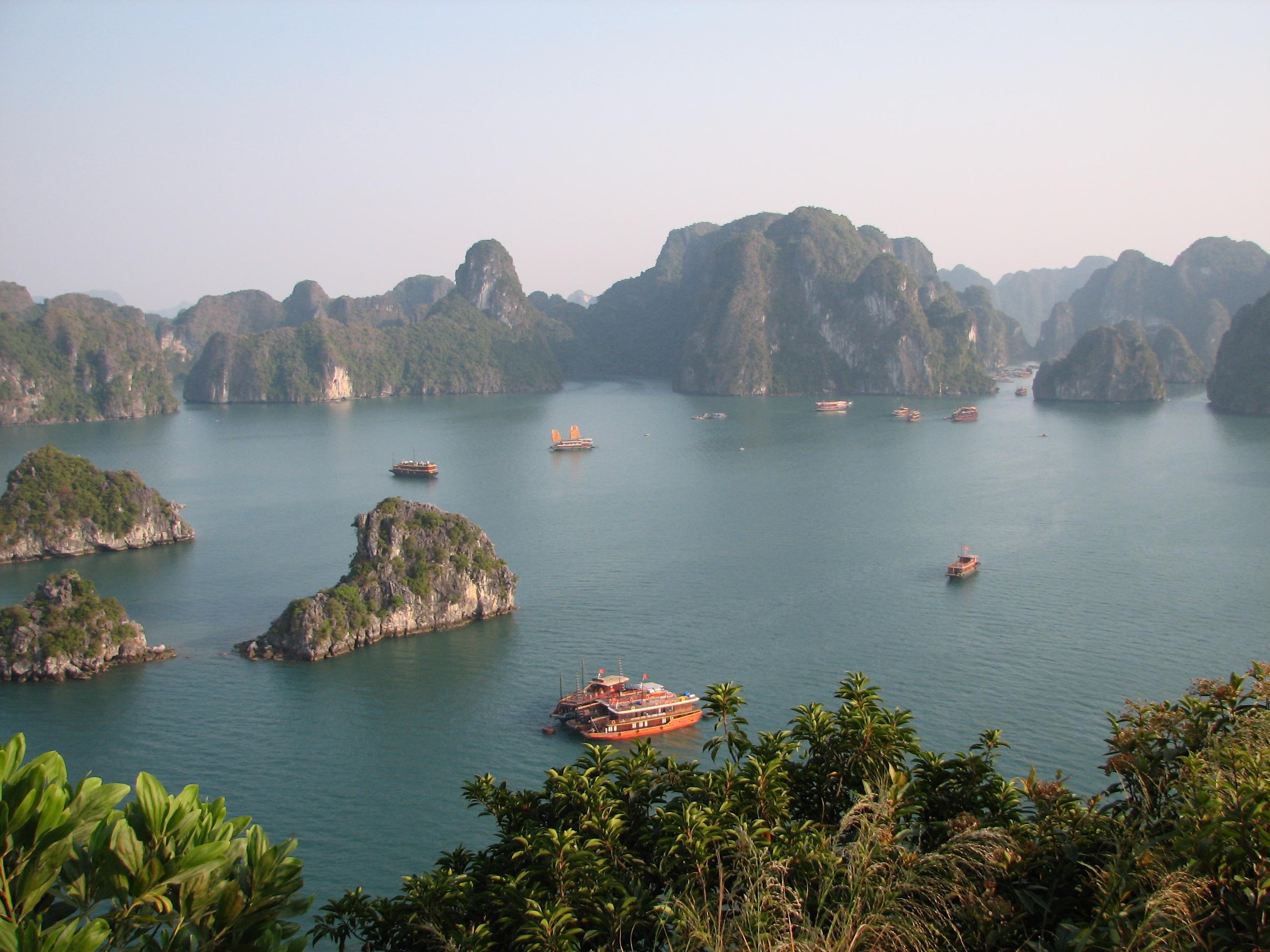 Resultado de imagem para halong bay
