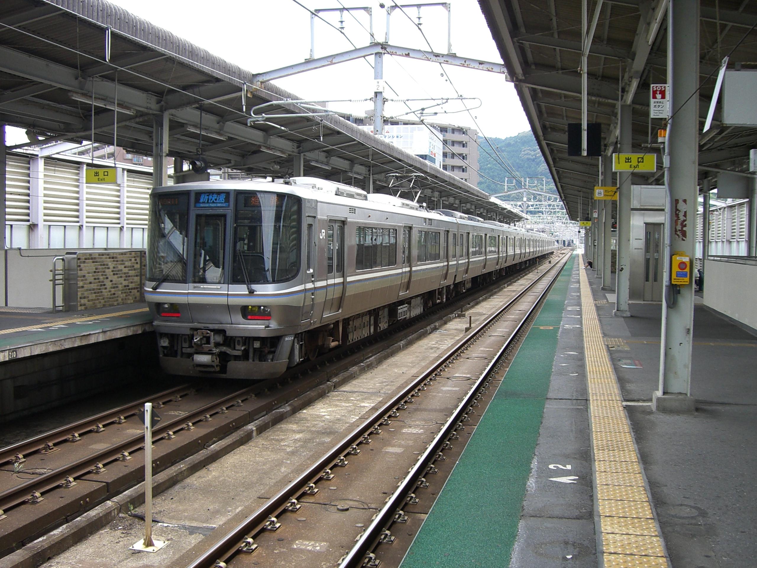 https://upload.wikimedia.org/wikipedia/commons/0/0e/JR-West_NishiOtsu_Station_Platform.JPG