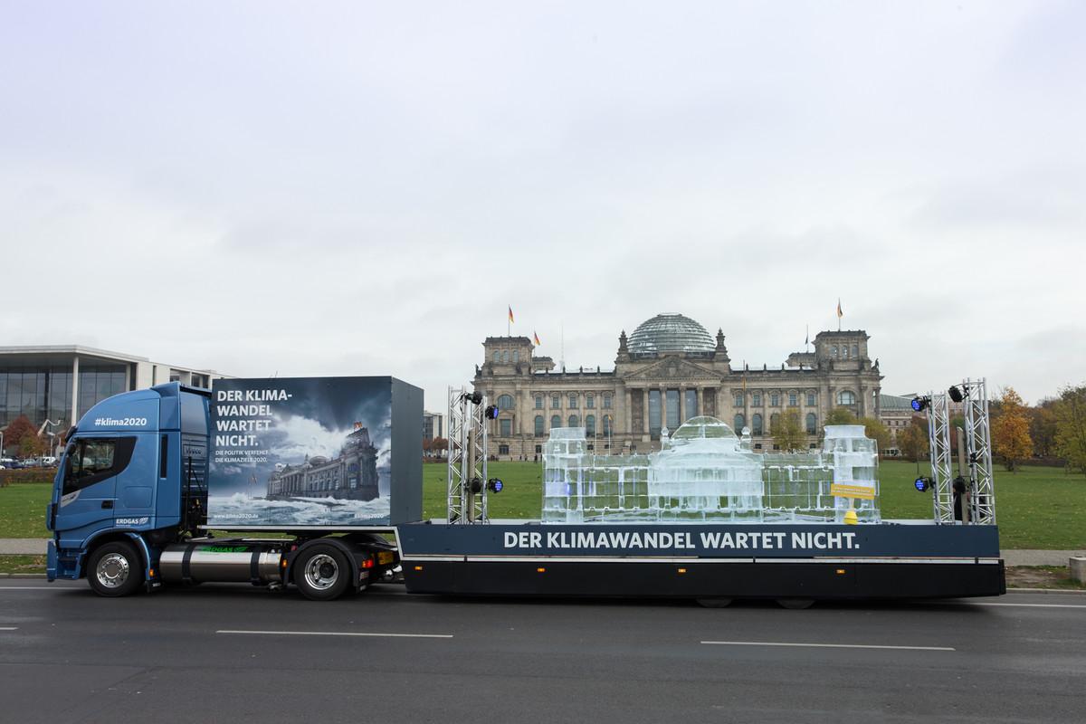 LNG-Truck vor Reichstag.jpg