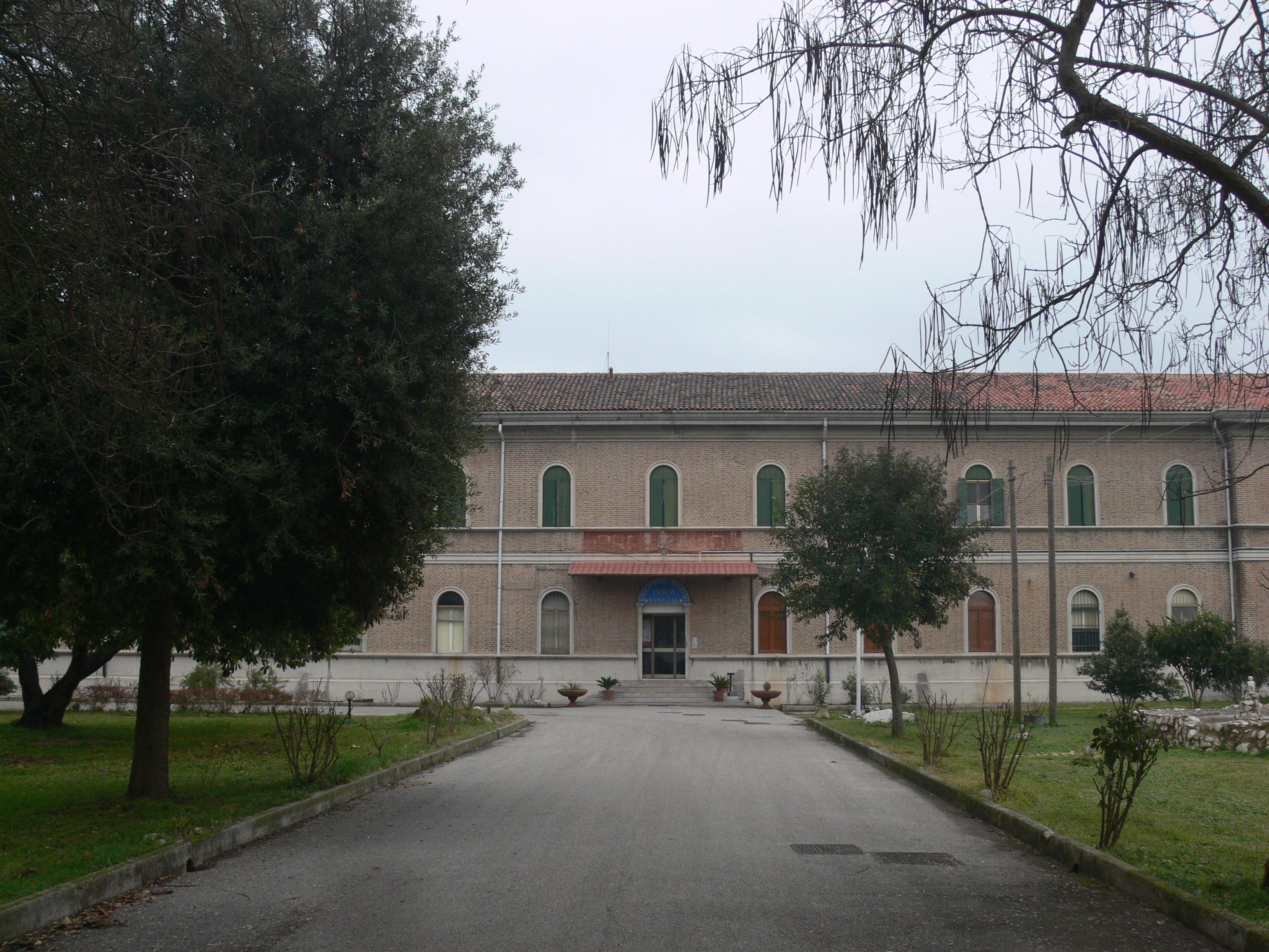 https://upload.wikimedia.org/wikipedia/commons/0/0e/Lido_di_Venezia_-_Residence_Soggiorno_Marino%2C_Marina_Militare_-_main_building.JPG
