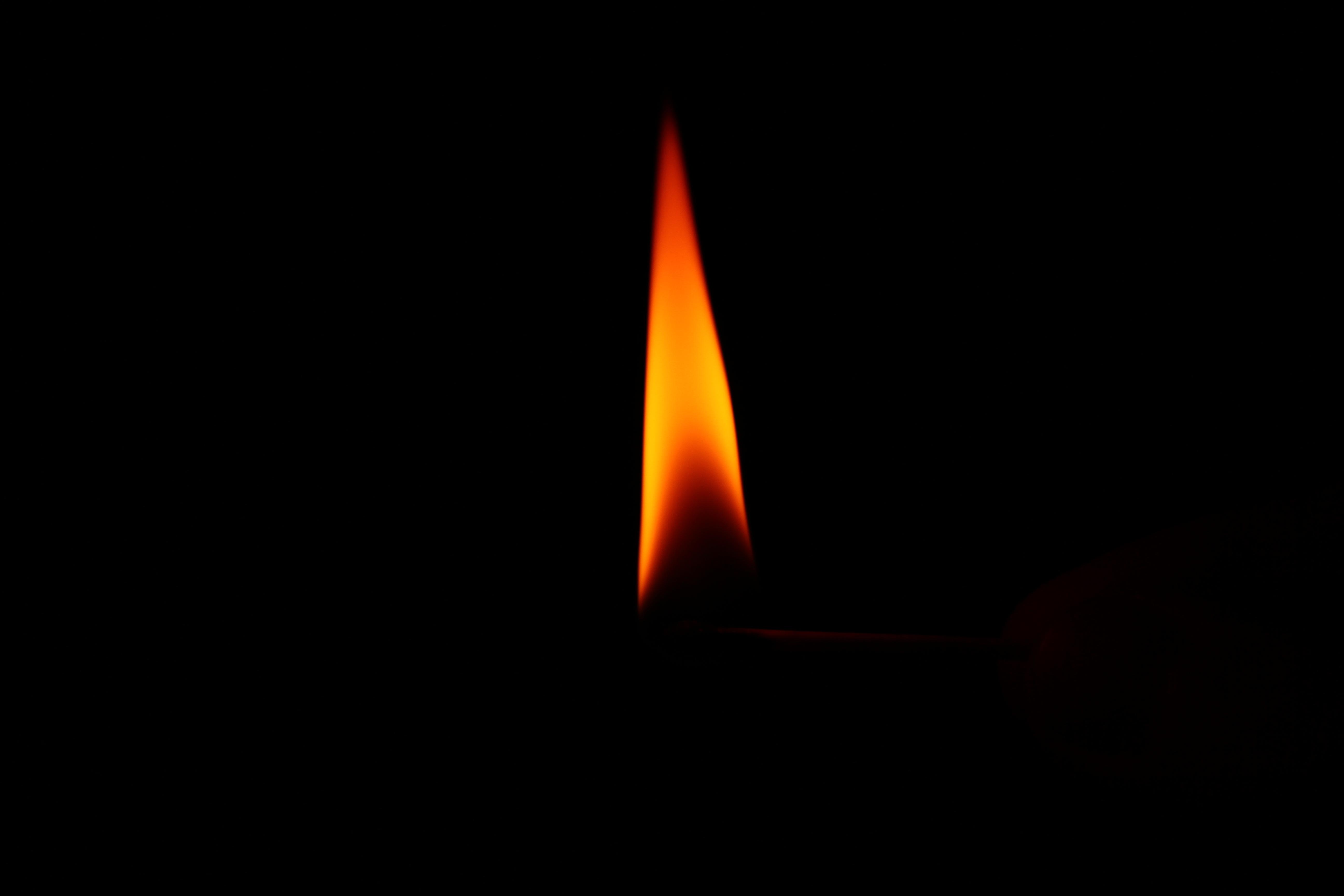 Pasión en llamas. Llama_consumiendo_una_cerilla