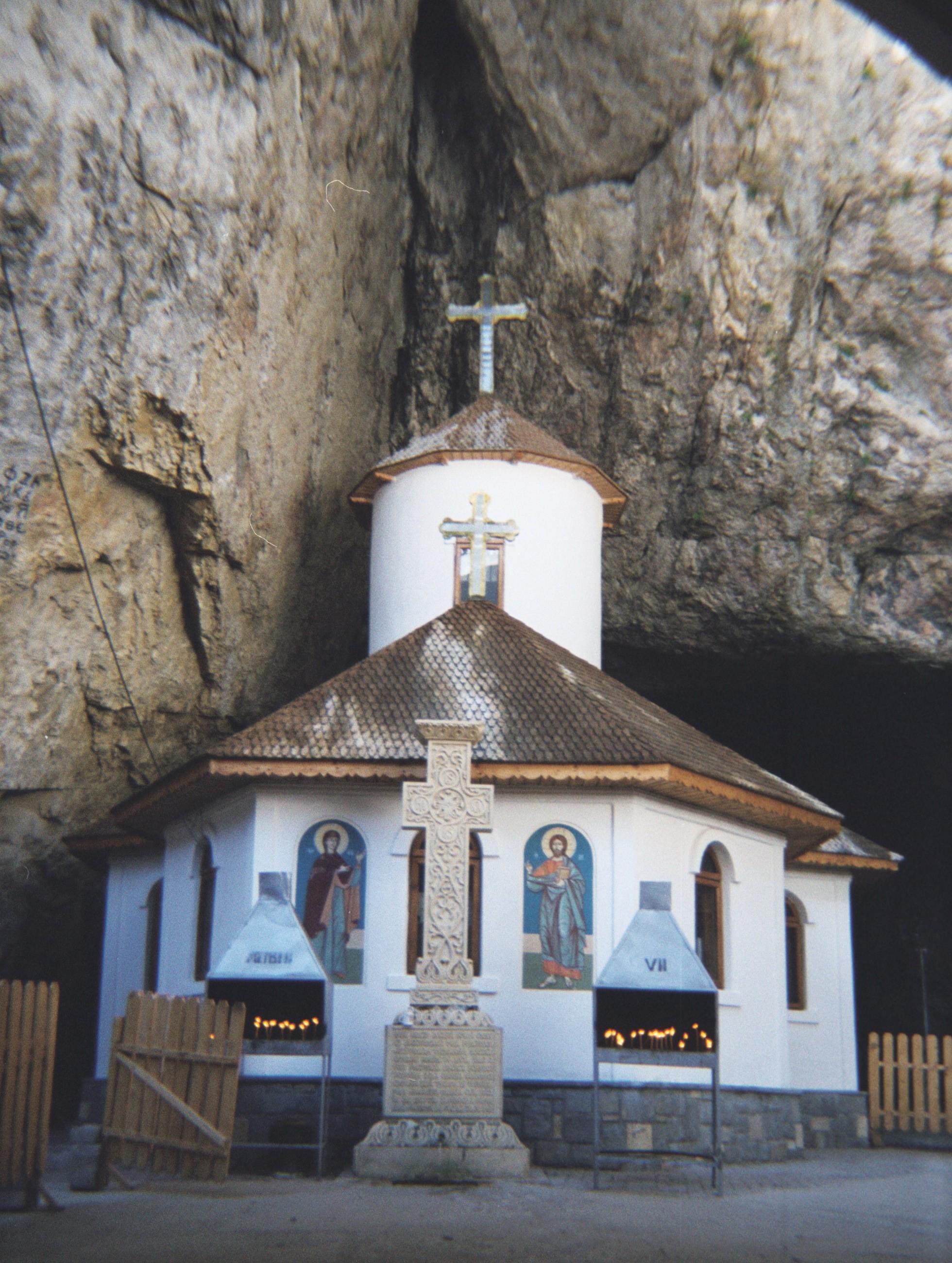 Manastirea_Pestera_Ialomitei.jpg