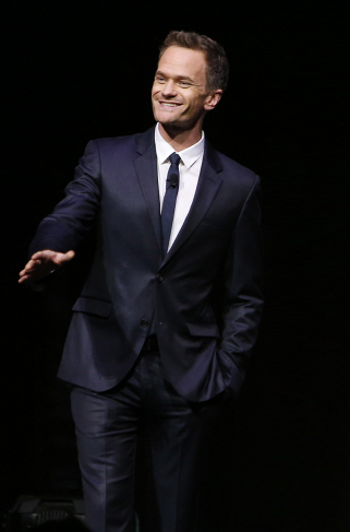 Mynd:Neil Patrick Harris in LG Electronics' 'Art of the Pixel' New-Media Competition, September 2014.jpg