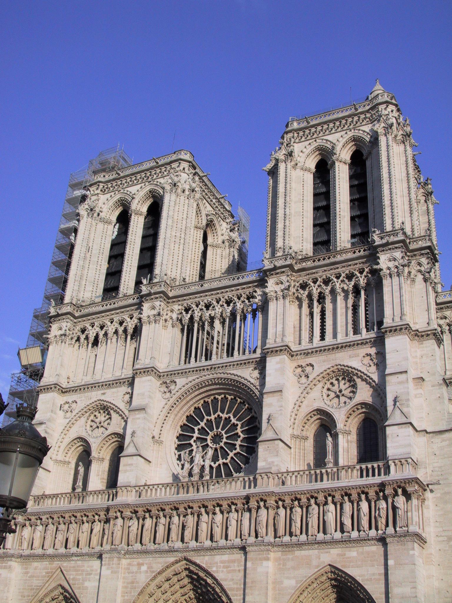 https://upload.wikimedia.org/wikipedia/commons/0/0e/Notre_Dame_Front.jpg