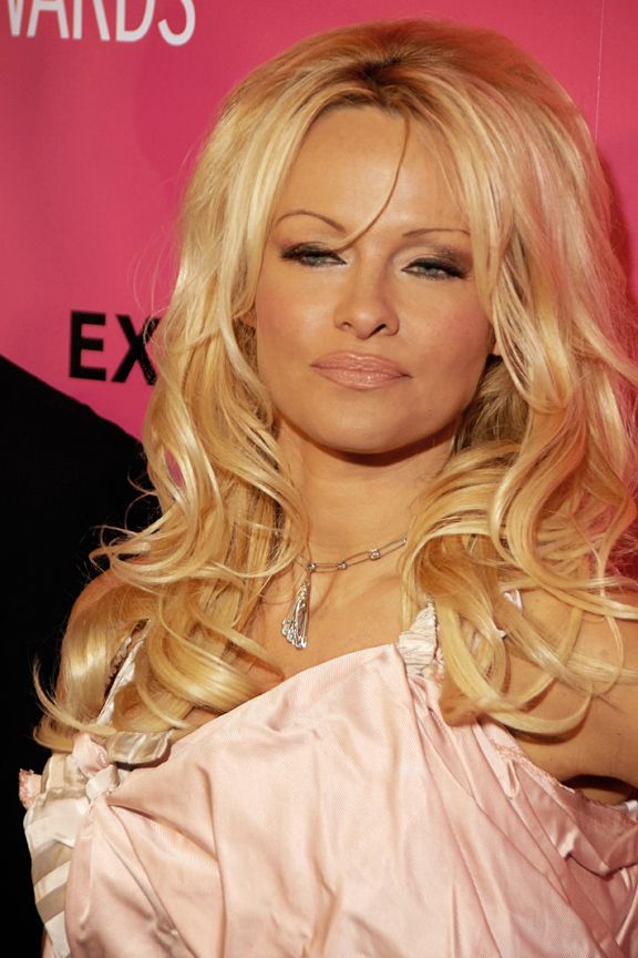 The 49-year old daughter of father Barry Anderson  and mother Carol Anderson, 170 cm tall Pamela Anderson in 2017 photo