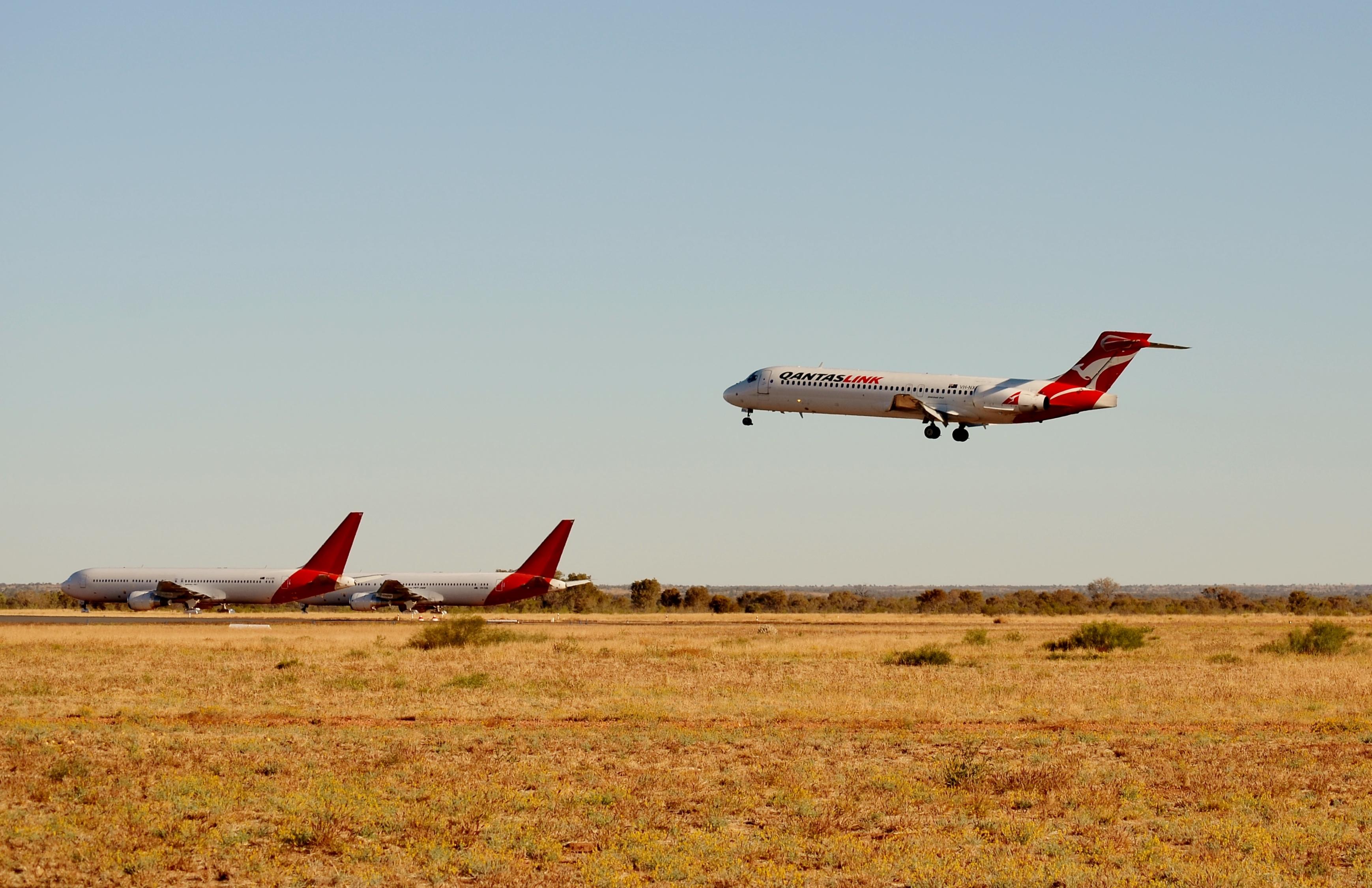 File:QantasLink Boeing 717-231 VH-NXN Alice Springs, 2015 ...