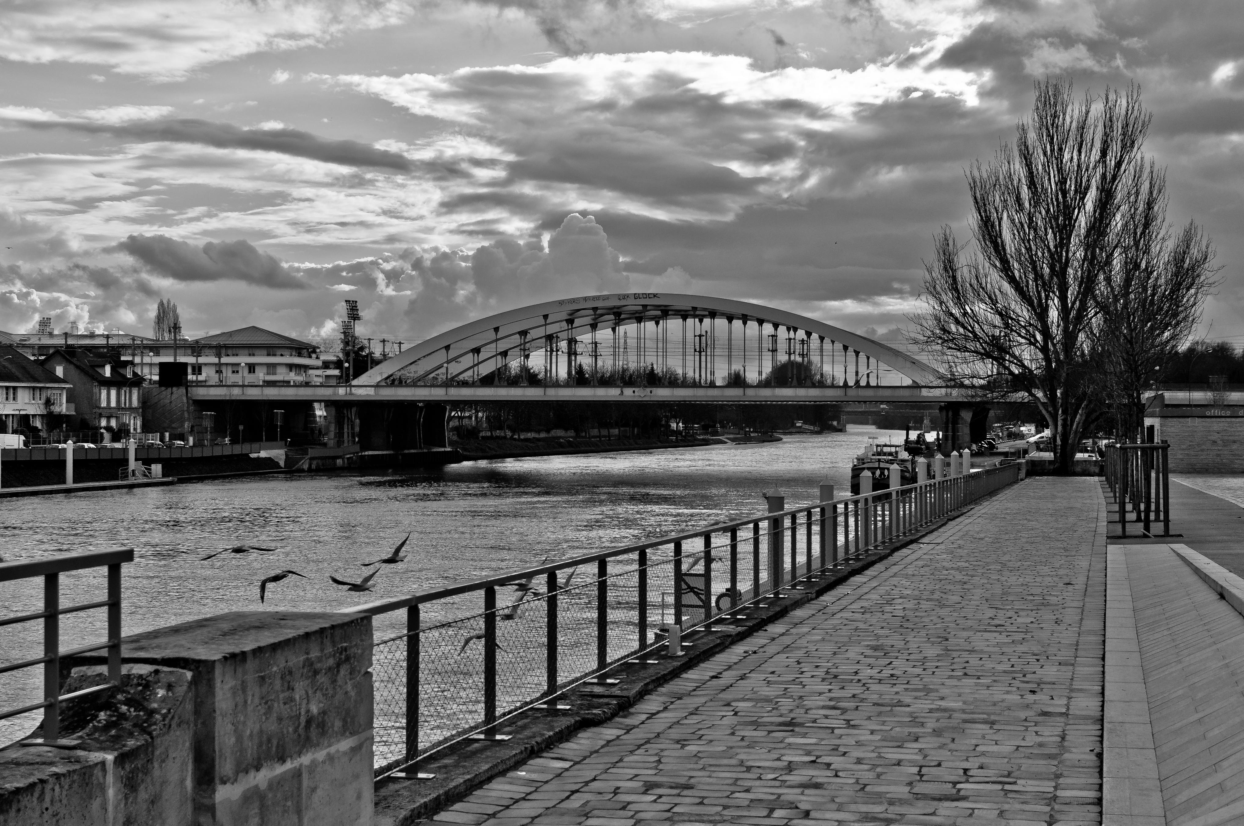 File quai de pontoise noir et wikimedia commons - Chaises noir et blanc ...