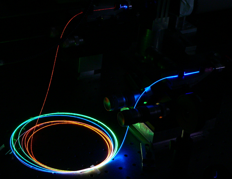 https://upload.wikimedia.org/wikipedia/commons/0/0e/Supercontinuum_in_a_microstructured_optical_fiber.PNG