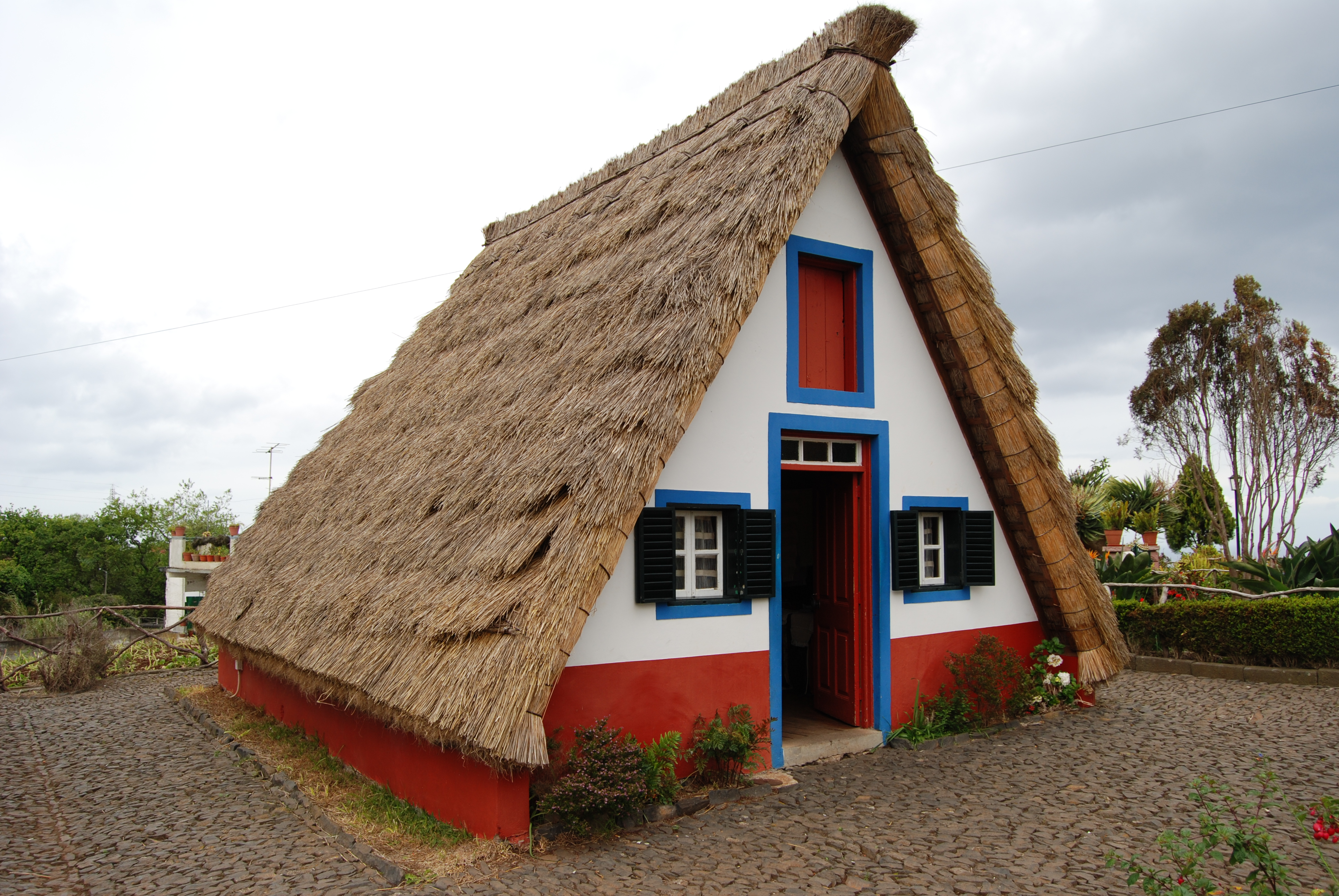 File traditional thatched house palheiro santana for How to build the frame of a house