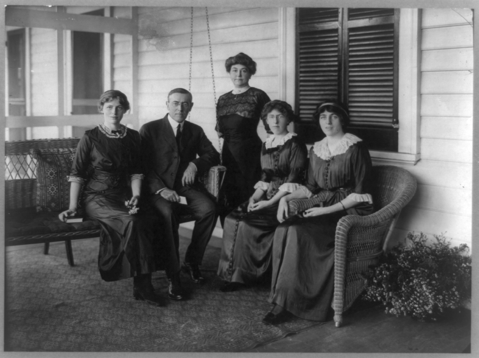 File:Woodrow Wilson with his wife and three daughters.png ...