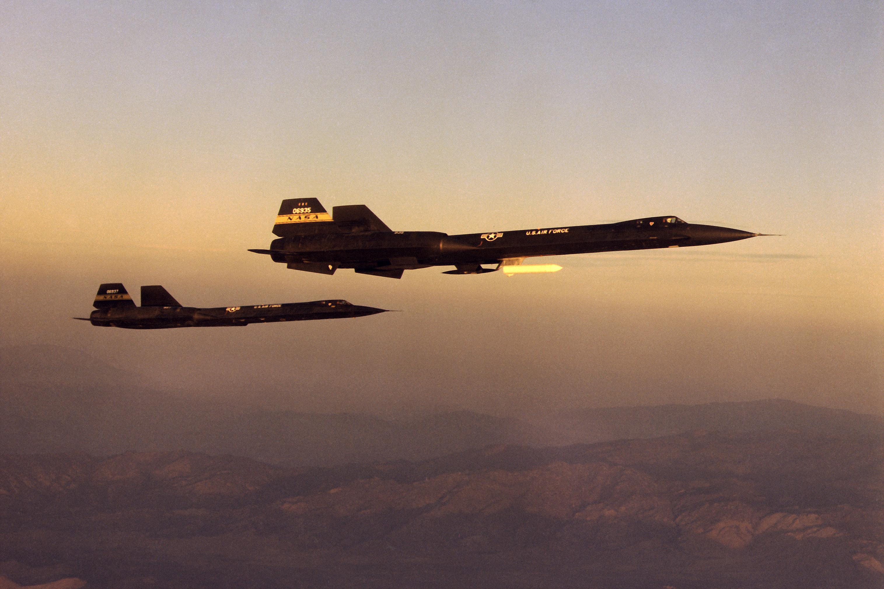 �yf�y�_File:YF-12AandYF-12Cinflight.jpg-WikimediaCommons