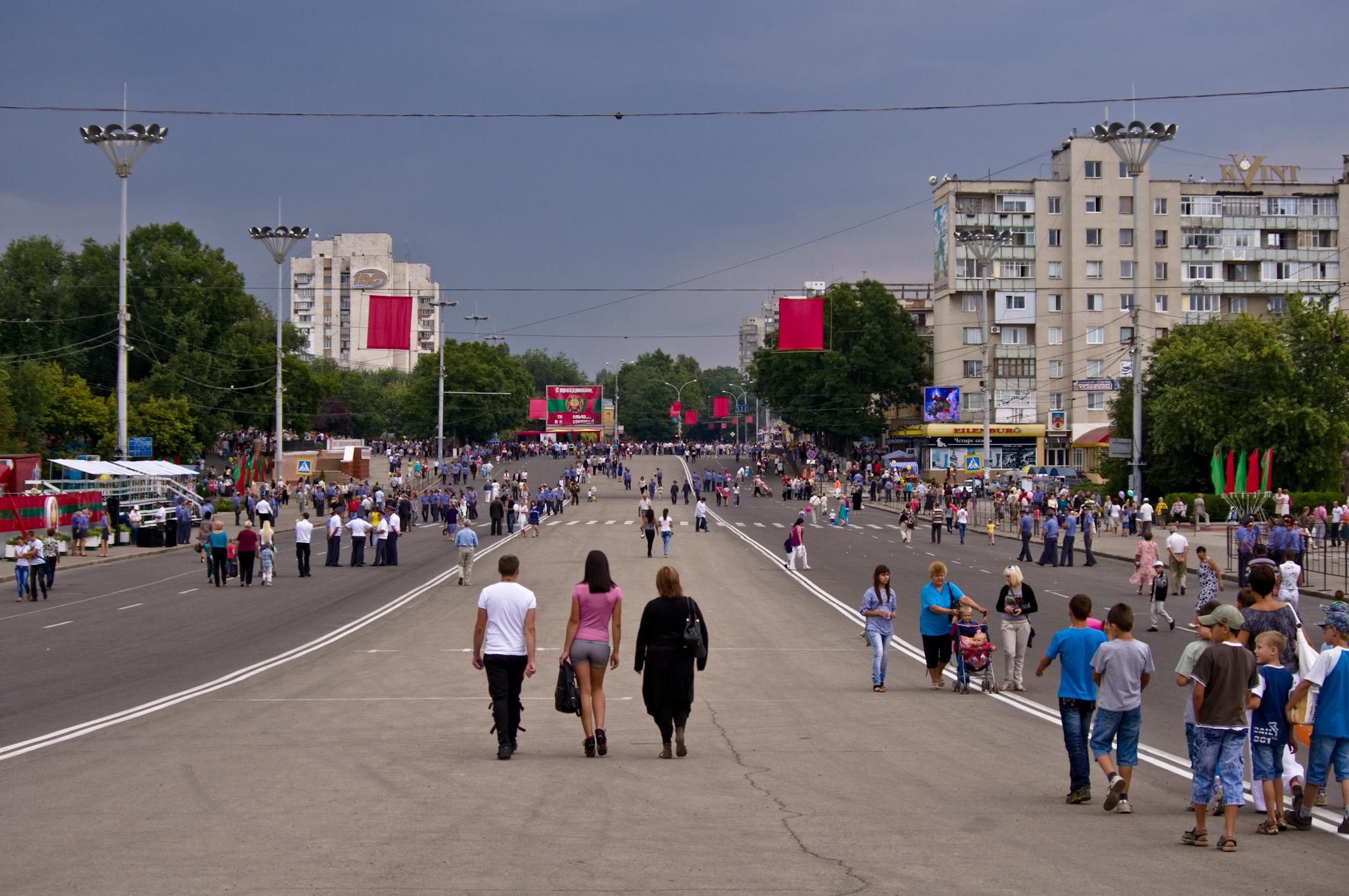 Площадь Суворова после парада.jpg