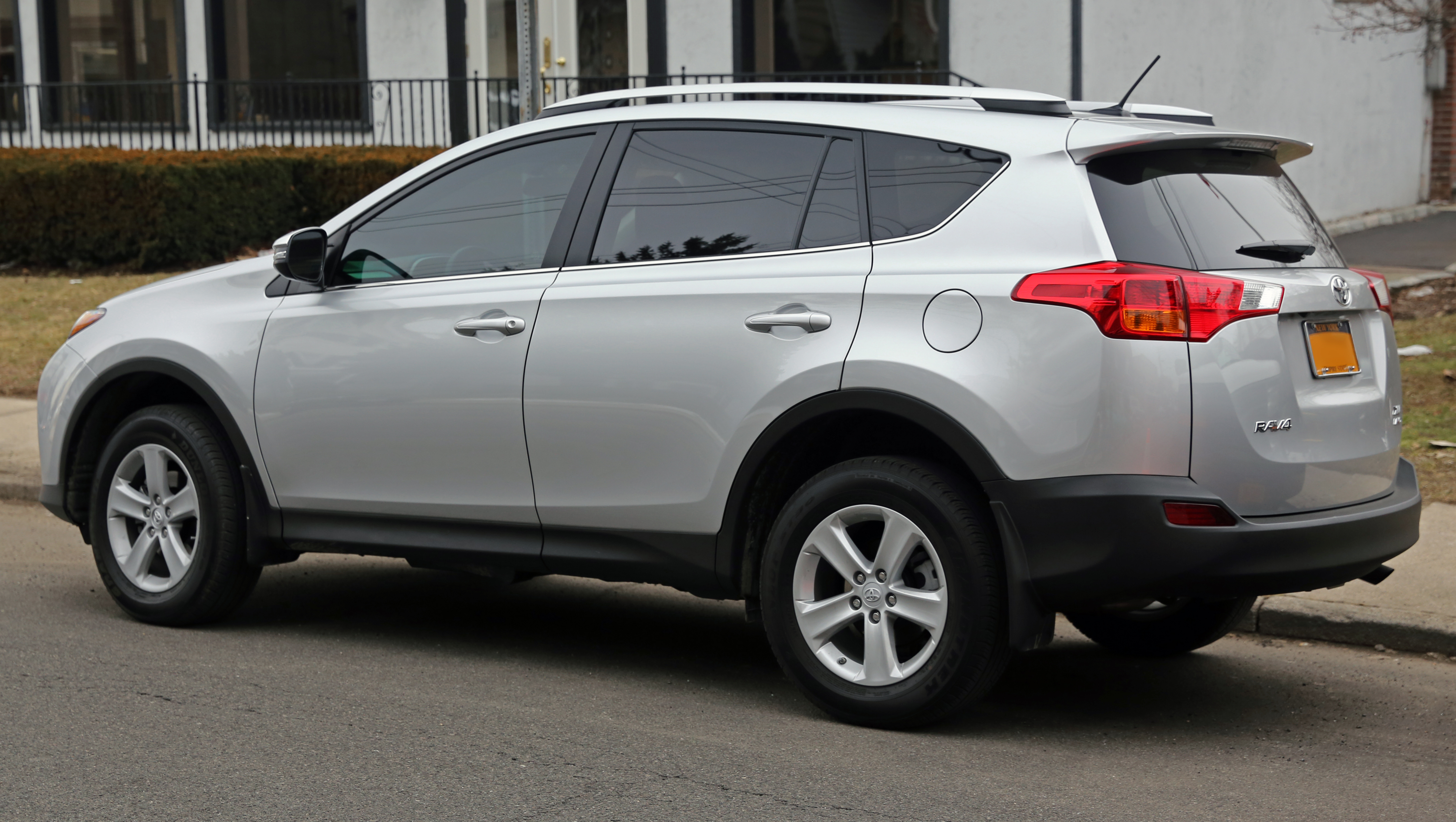 file 2013 toyota rav4 xle awd rear wikimedia commons. Black Bedroom Furniture Sets. Home Design Ideas