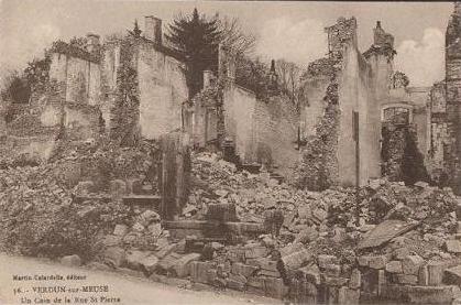 Straße mit zertrümmerten Gebäuden.
