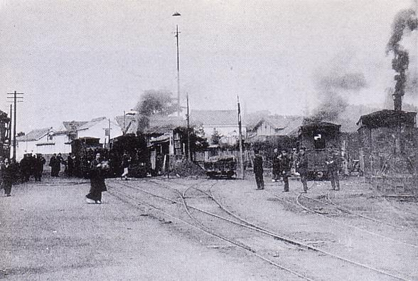 https://upload.wikimedia.org/wikipedia/commons/0/0f/Amagi_station_%28Asakura_Tramway%29.jpg