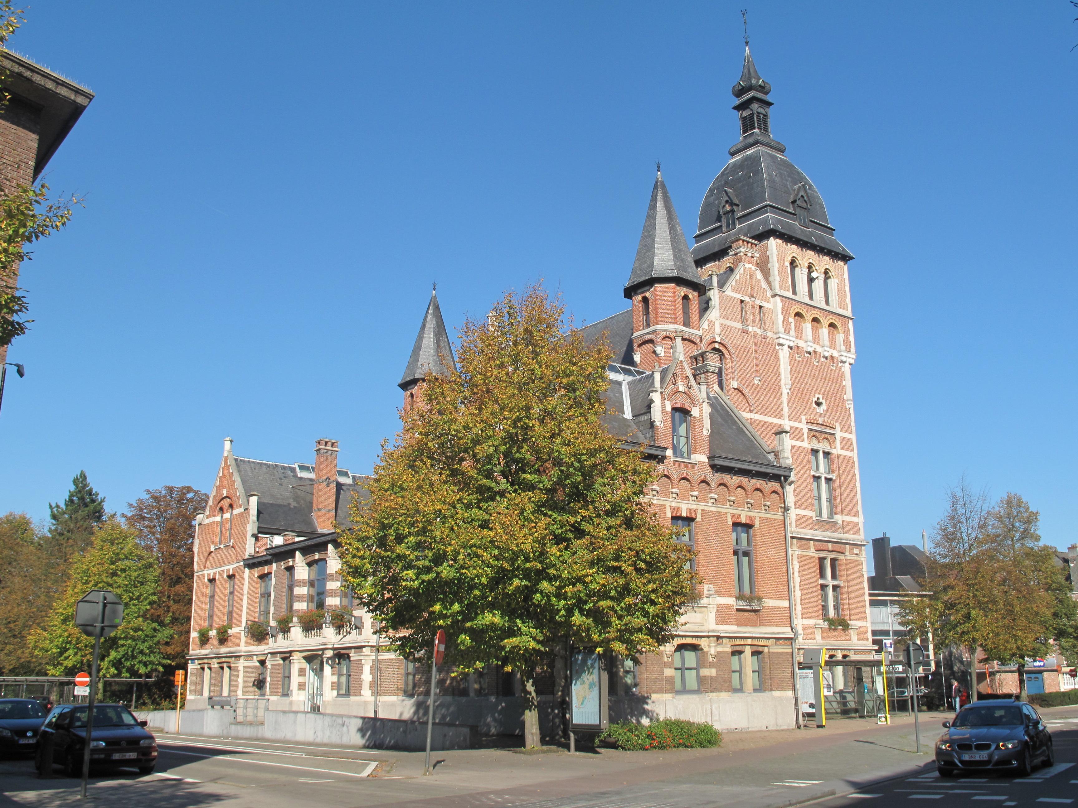 https://upload.wikimedia.org/wikipedia/commons/0/0f/Brasschaat%2C_monumentaal_pand_bij_het_Dr_Roossensplein_positie2_foto1_2011-10-16_13.21.JPG