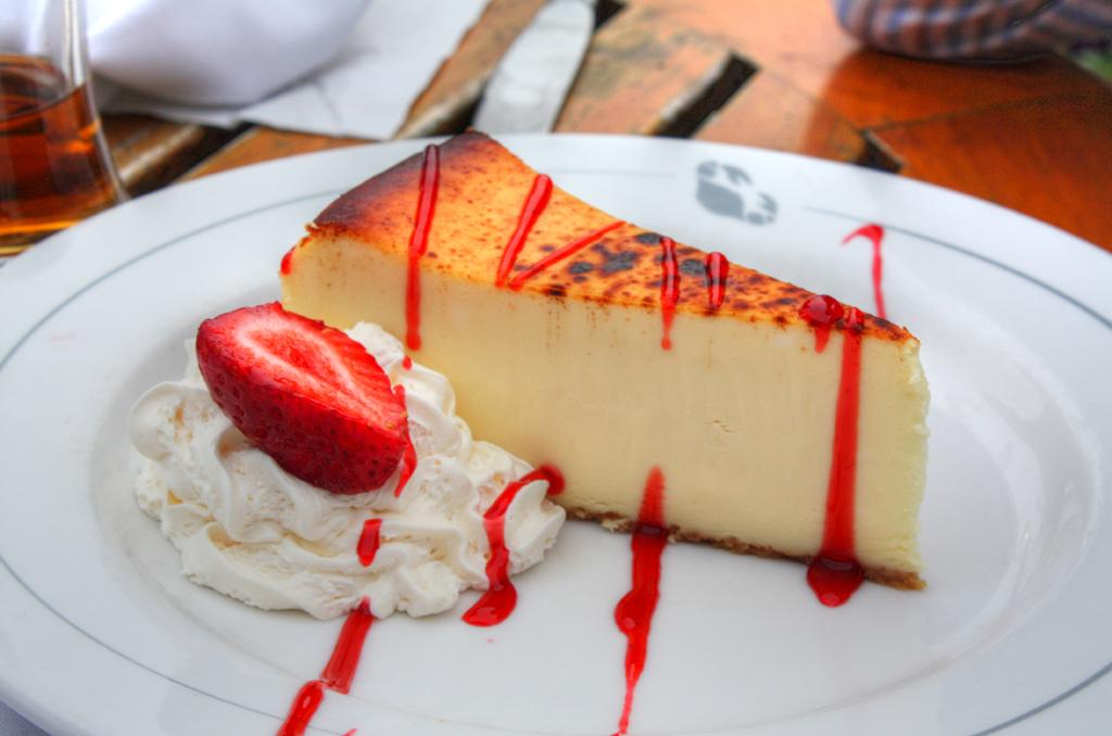 File:Cheesecake with strawberry and whipped cream.jpg - Wikimedia ...