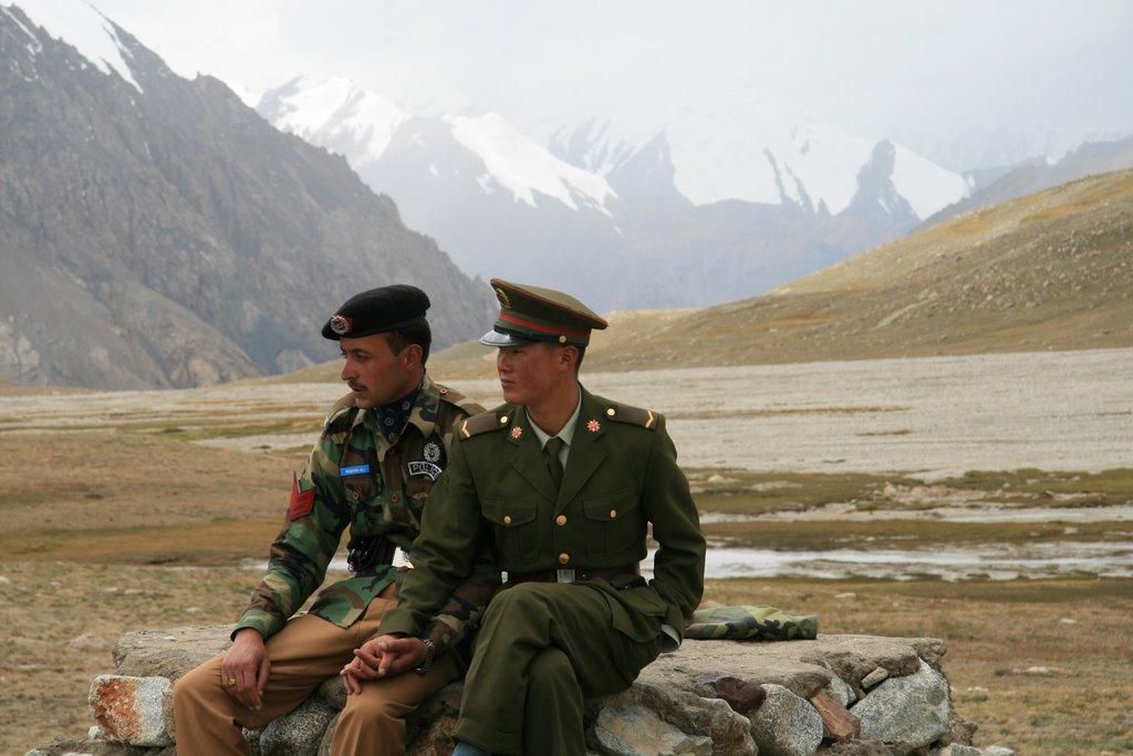 Chinese_and_Pakistan_border_guards_at_Kh