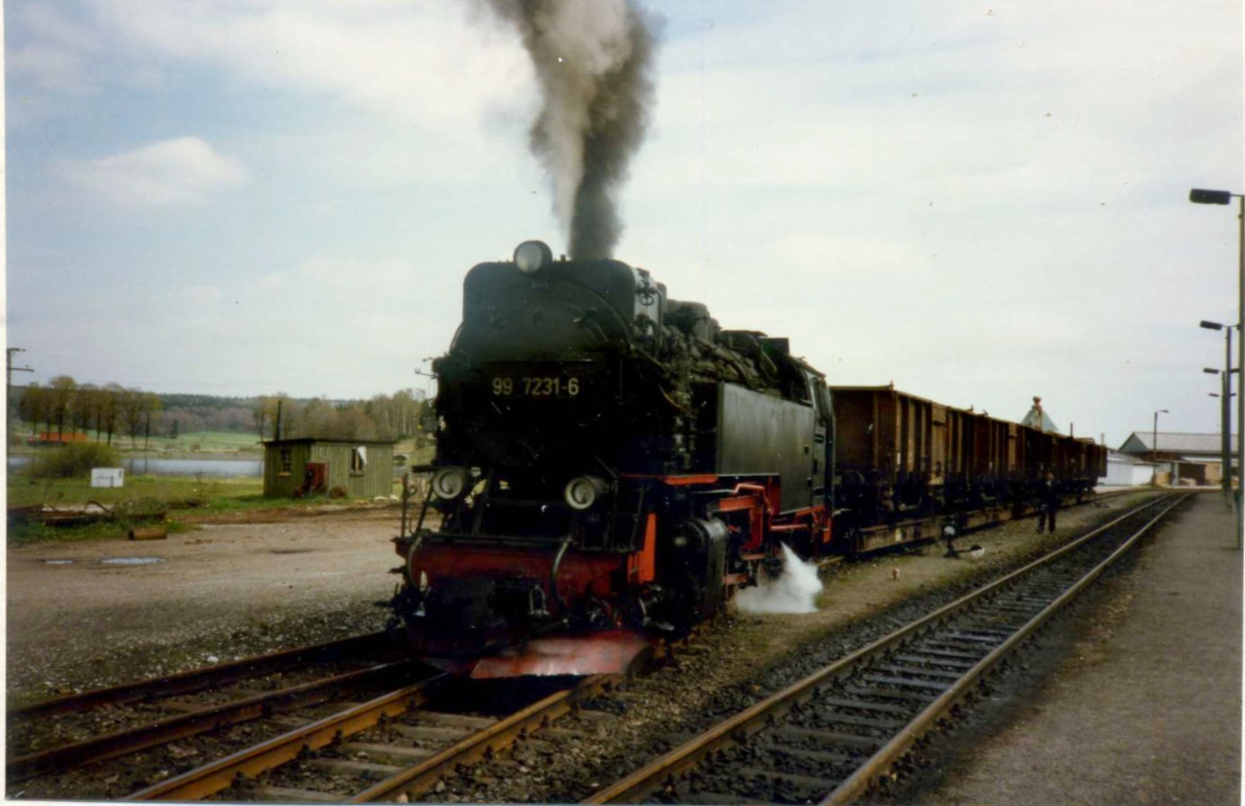 El juego de las imagenes-https://upload.wikimedia.org/wikipedia/commons/0/0f/DR_99_7231-6_Bahnhof_Stiege.jpg