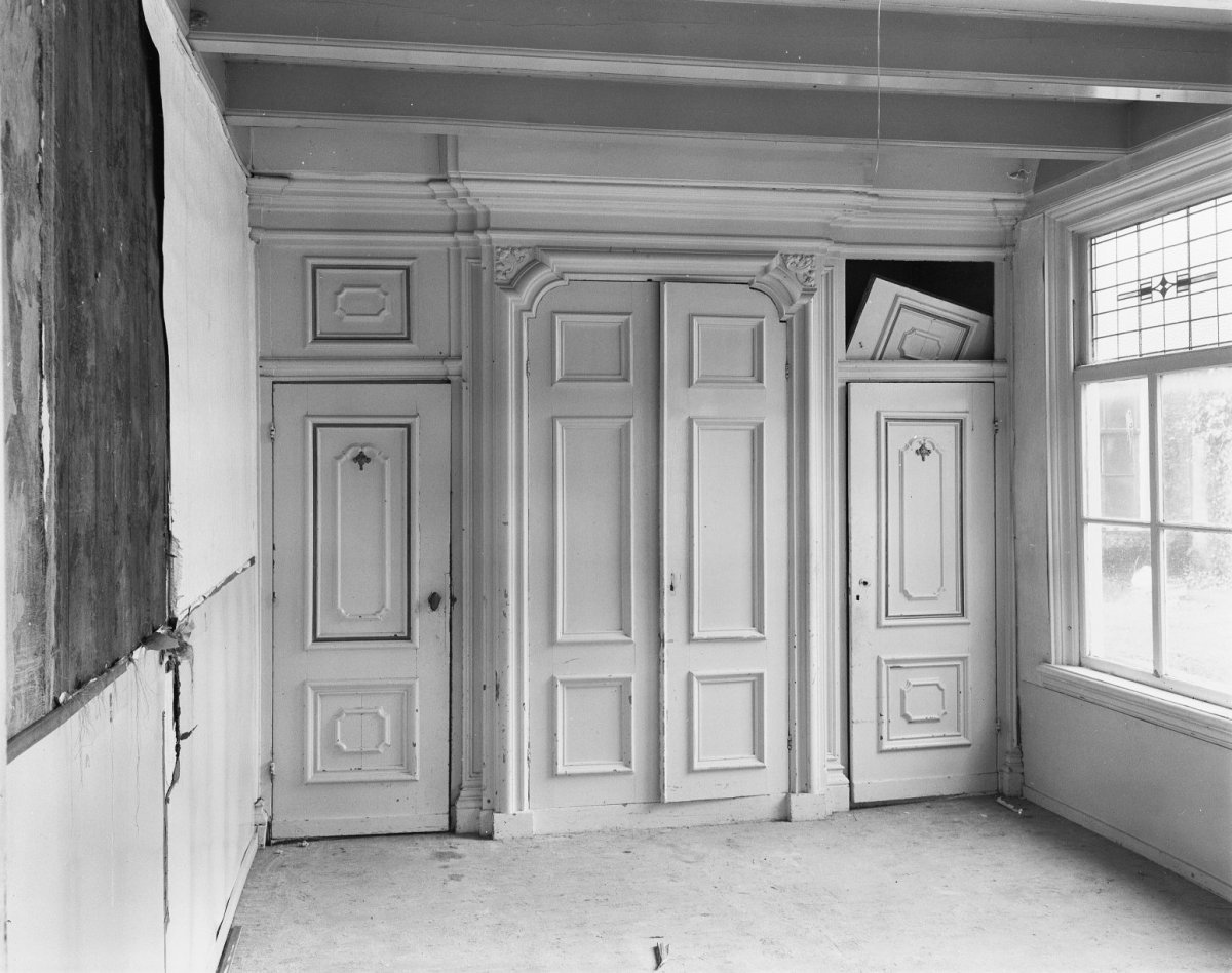 File interieur kamer in achterhuis wand met paneeldeuren for Kamer interieur