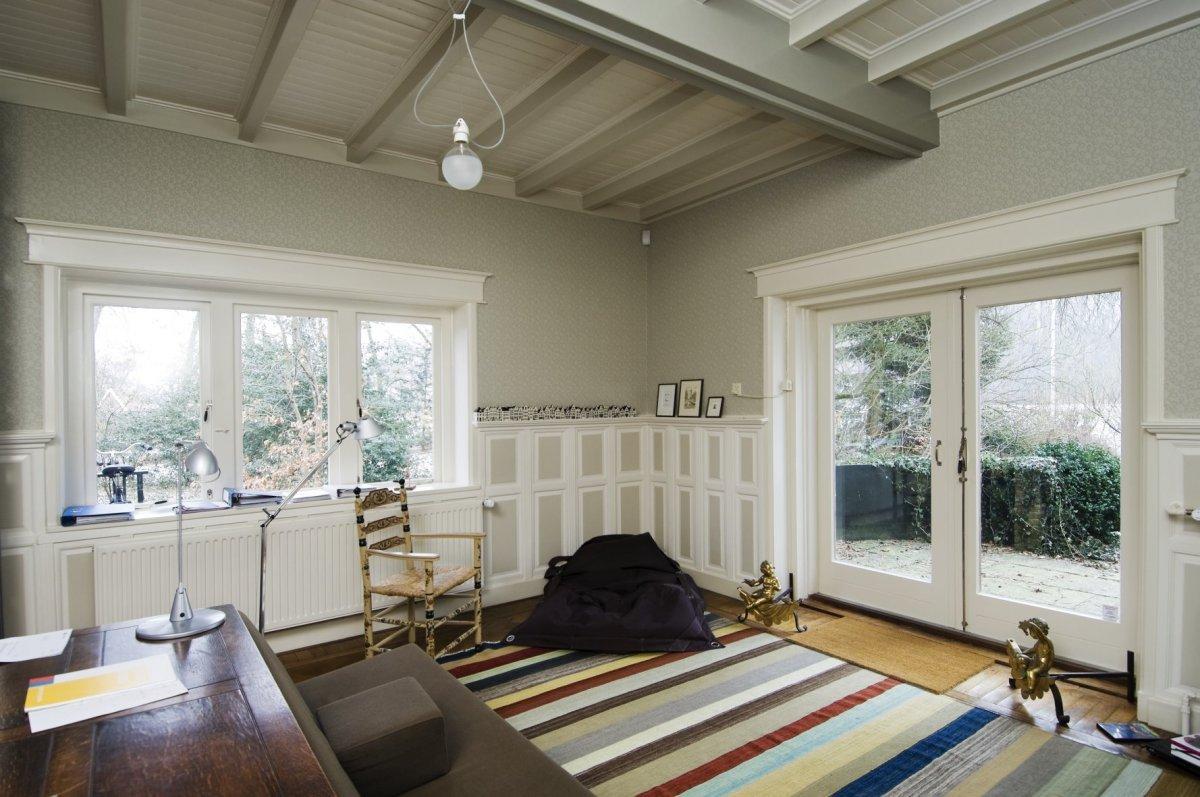 Description Interieur, overzicht achterkamer met balkenplafond en ...