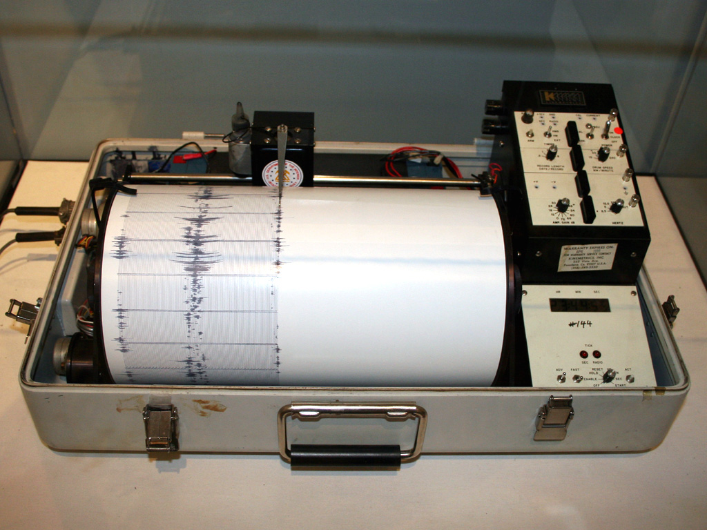 https://upload.wikimedia.org/wikipedia/commons/0/0f/Kinemetrics_seismograph