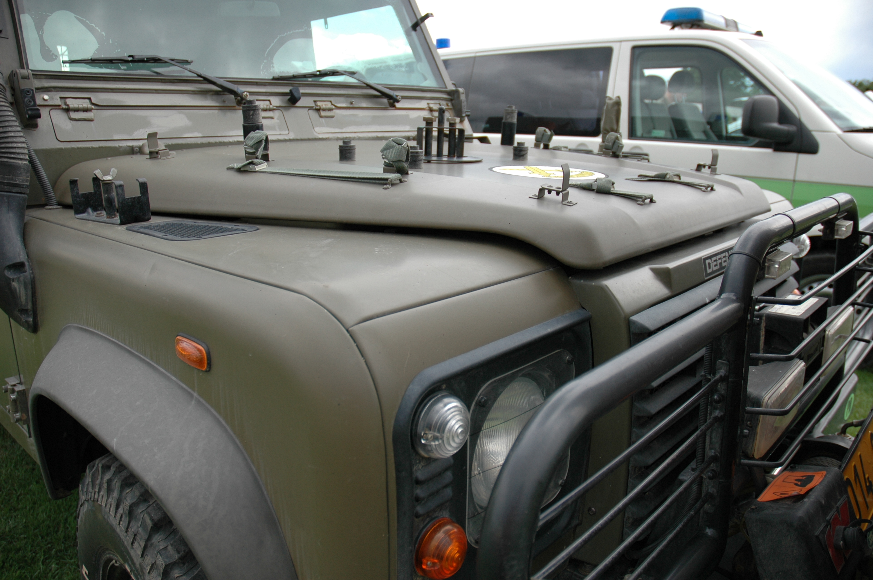 File Land Rover Defender Military Police Jpg Wikimedia