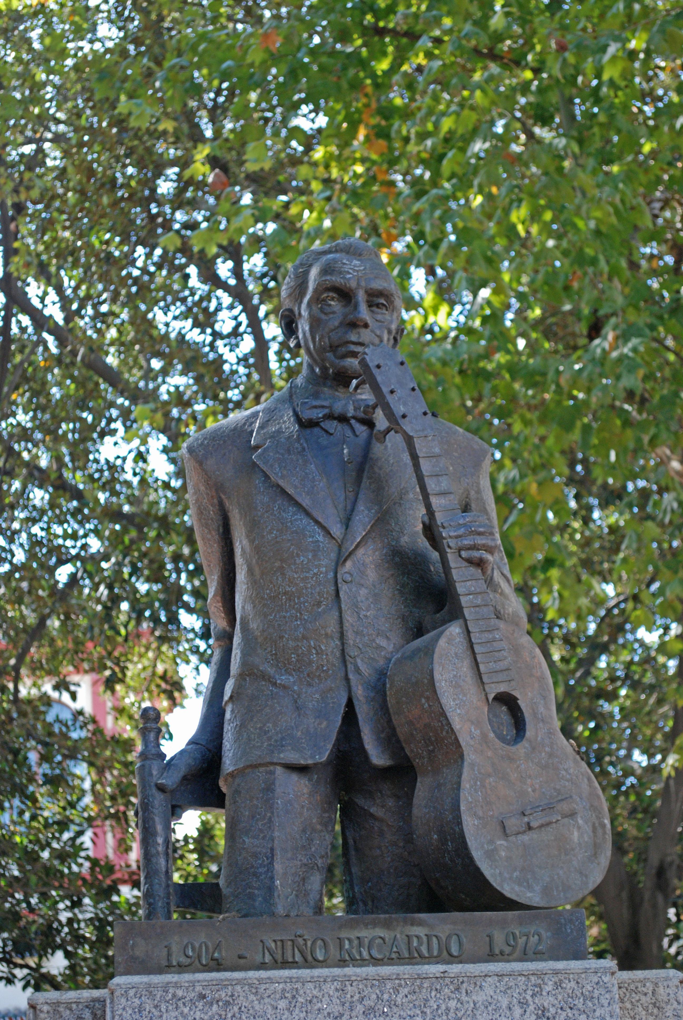 """Estatua del """"Niño Ricardo"""". Plaza del Cristo de Burgos en Sevilla."""