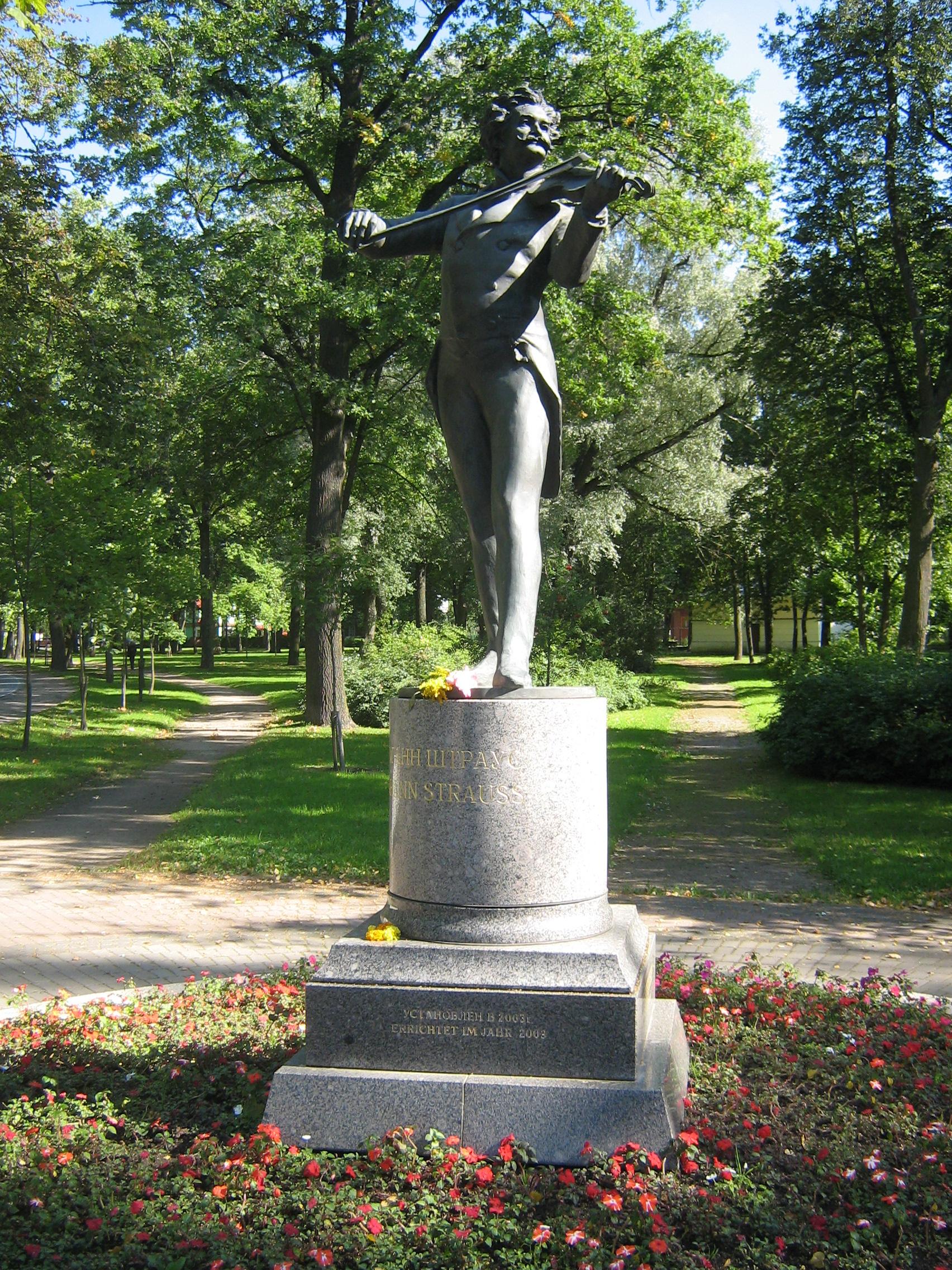 Памятник с семейный Павловск, Ленинградская обл. Мраморный голубь Кувшиново