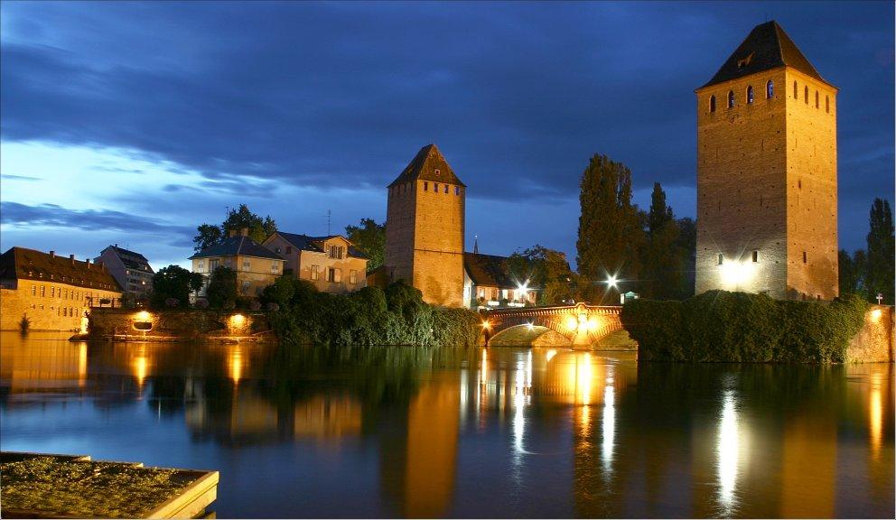 Imagen nocturna del quai des Ponts-Couverts de Estrasburgo, la capital de Alsacia. Declarado Patrimonio de la Humanidad Unesco en 1988, el centro histórico de este ciudad alberga numerosas edificaciones testigos de su prosperidad durante la Edad Media, como este puente fortificado construido entre 1230 y 1250.