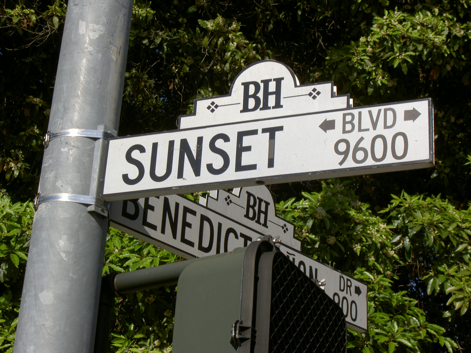 https://upload.wikimedia.org/wikipedia/commons/0/0f/Sunset_Blvd_sign.JPG
